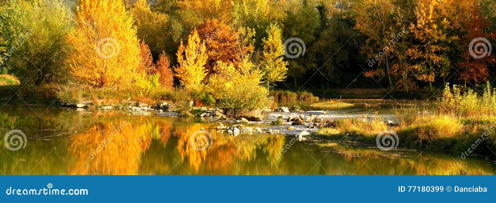 Schöner Autumn Scene nahe dem Arno in Florenz, Toskana, Italien