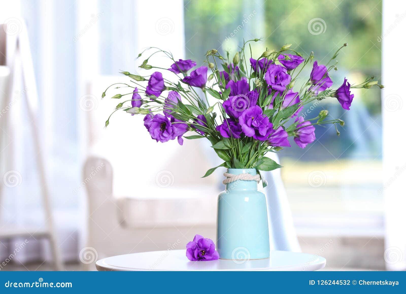 Schöner Blumenstrauß von purpurroten Eustomablumen