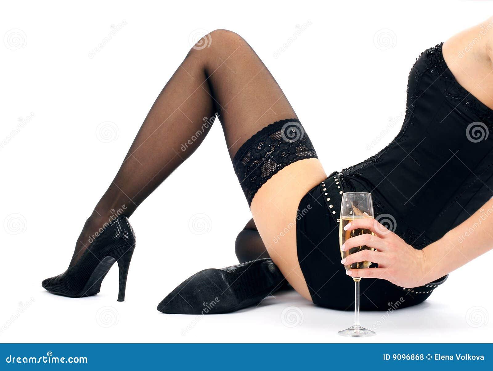 Schöner Brunette mit einem Champagnerglas