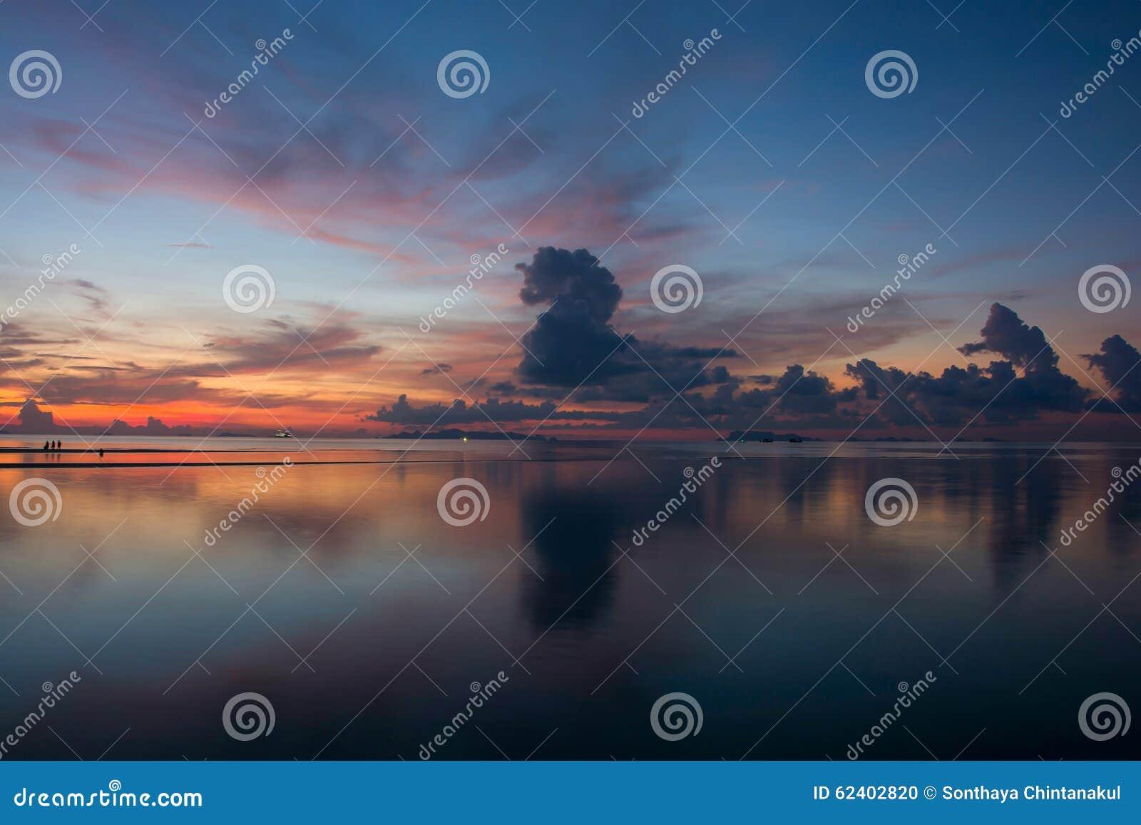 Schöner Dämmerungs-Himmel und Wolken in dem Meer