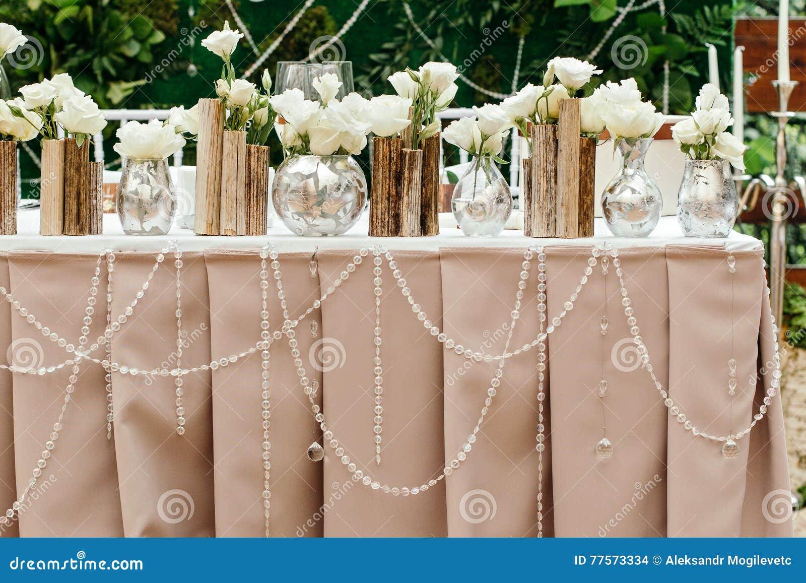 Schöner Dekor an der Hochzeit Die Blumen auf dem Hintergrund der Bretter
