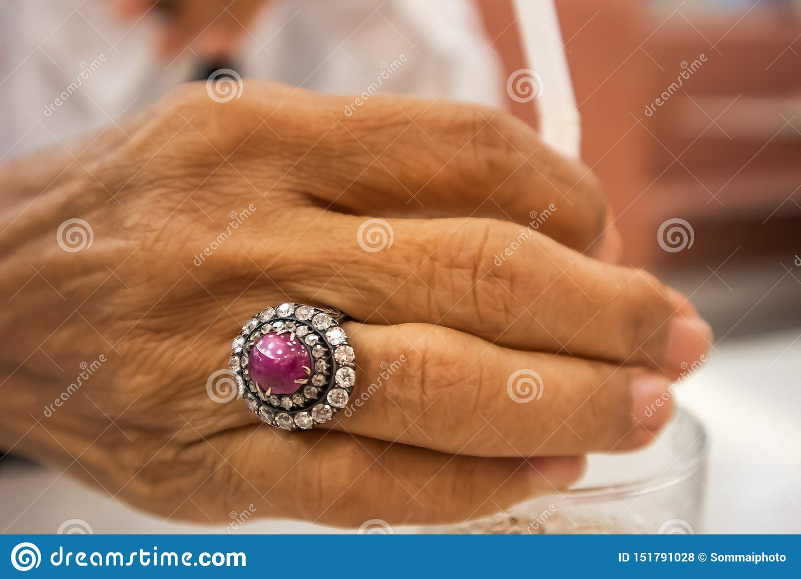 Schöner Diamantring auf Hand der alten Frau