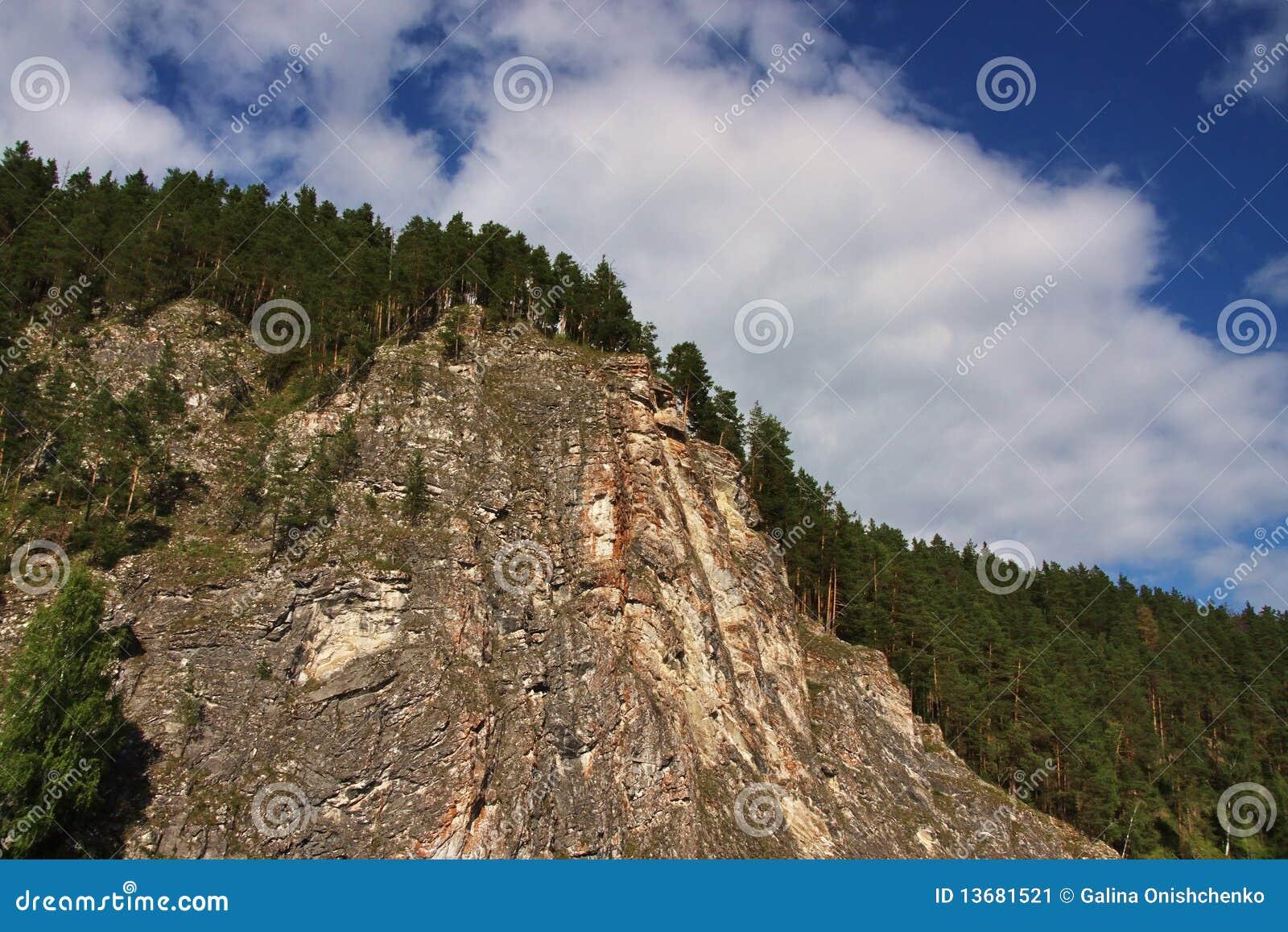 Schöner Felsen im Fluss Chusovaya im Perm