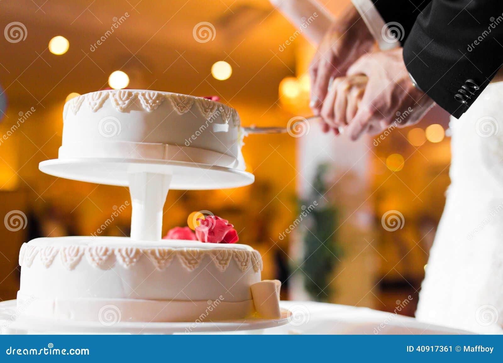 Schöner geschnitten zu werden Hochzeitskuchen ungefähr