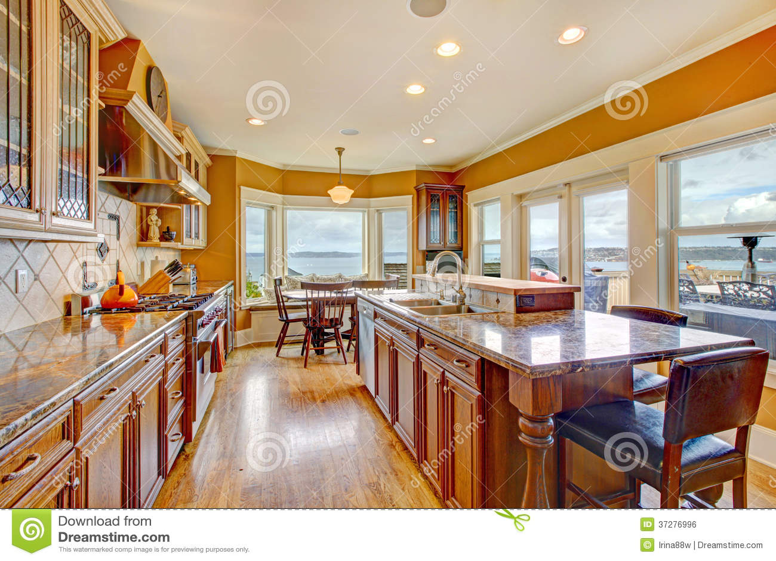 Schöner Heller Küchenraum Mit Arbeitsniederlegungsplattform ...