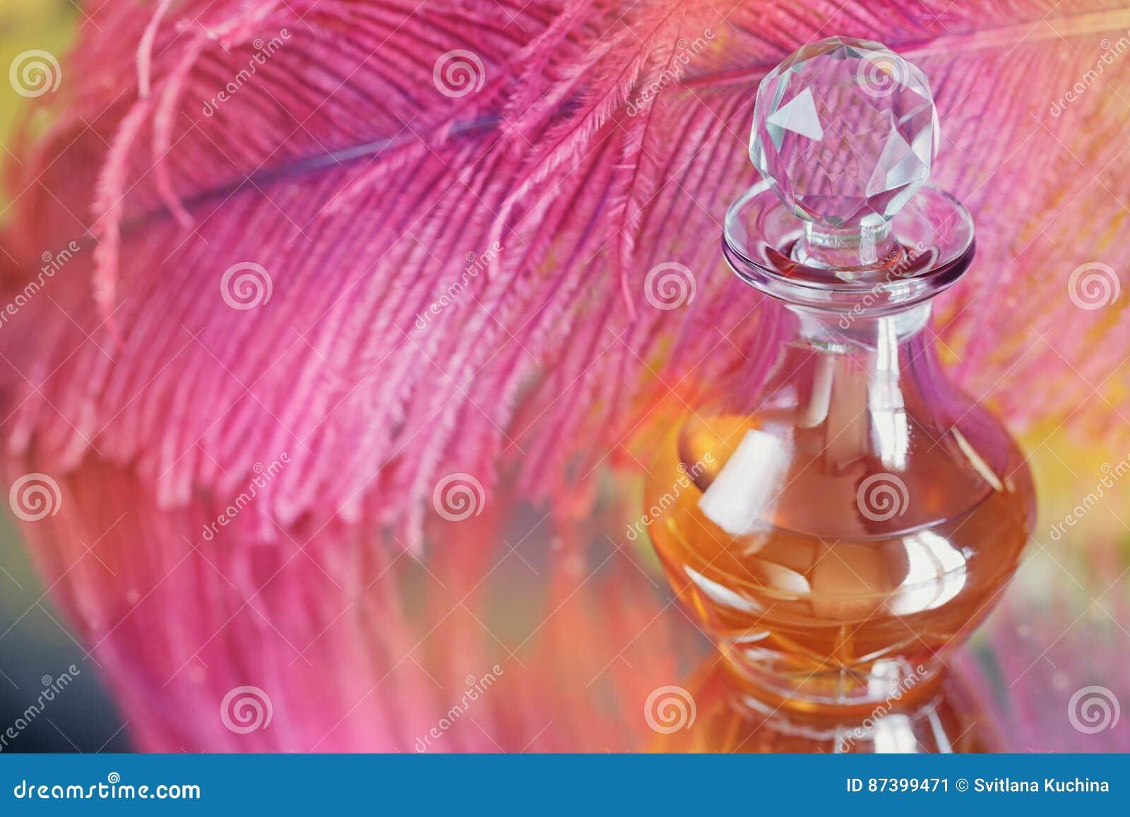 Schöner Hintergrund mit purpurroter Feder und Flasche von parfümiert