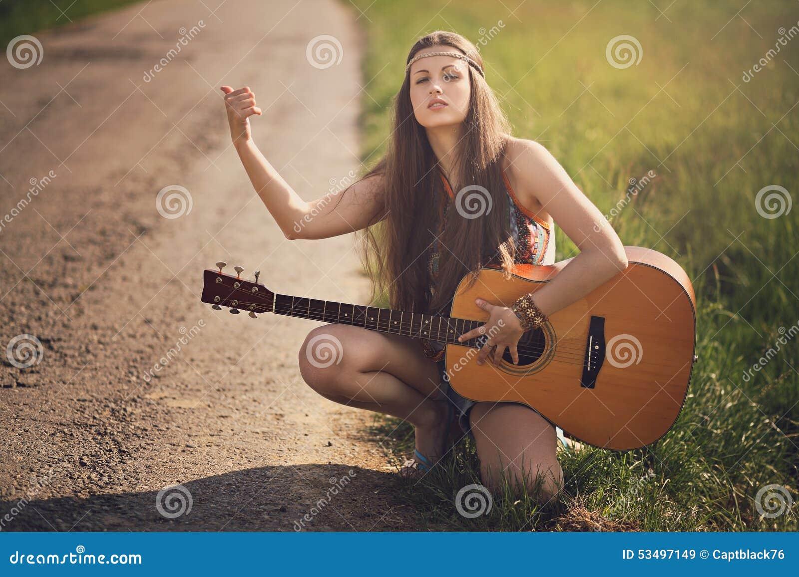 Schöner Hippietramper mit Gitarre
