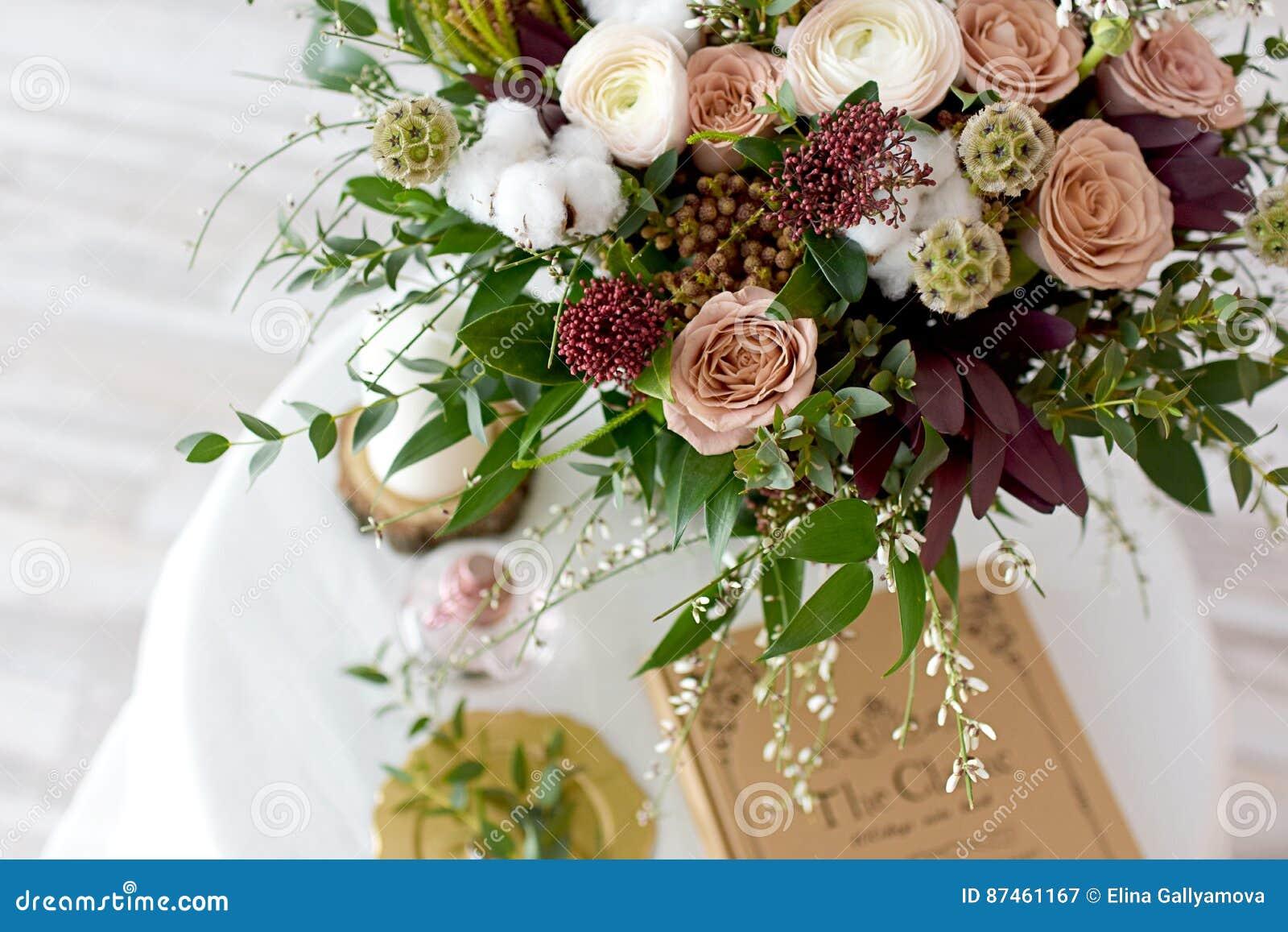 Schoner Hochzeitsblumenstrauss Von Blumen Bordeaux Stockbild Bild