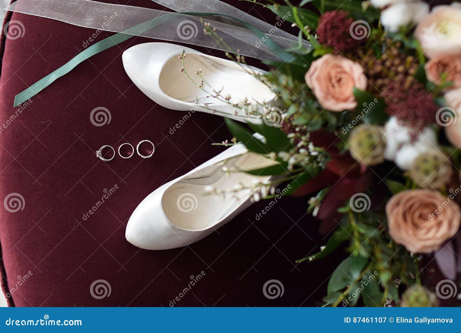 Schoner Hochzeitsblumenstrauss Von Blumen Bordeaux Stieg Stockbild