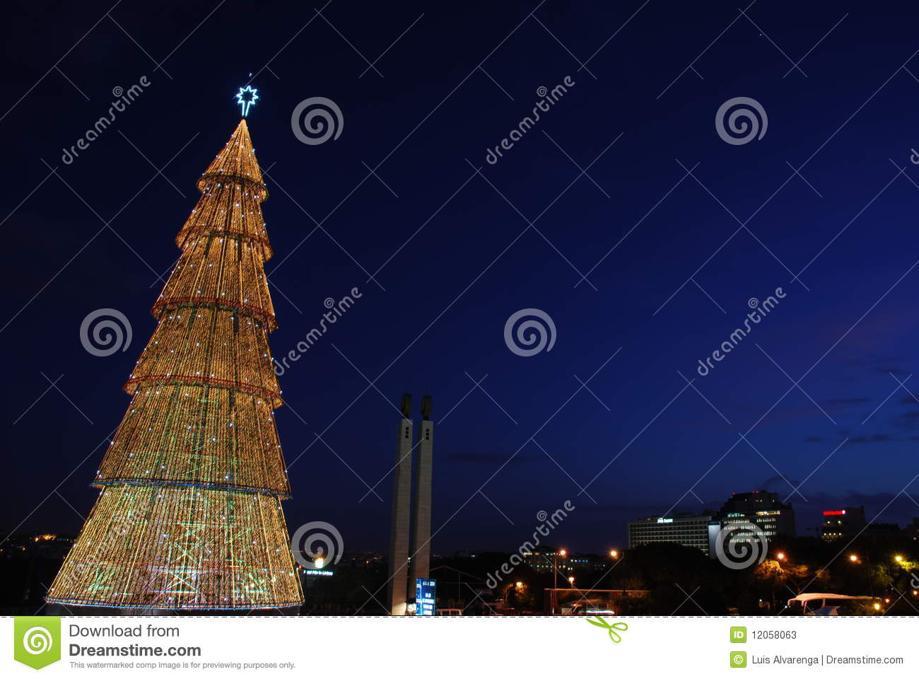 sch ner hoher weihnachtsbaum in lissabon sonnenuntergang. Black Bedroom Furniture Sets. Home Design Ideas