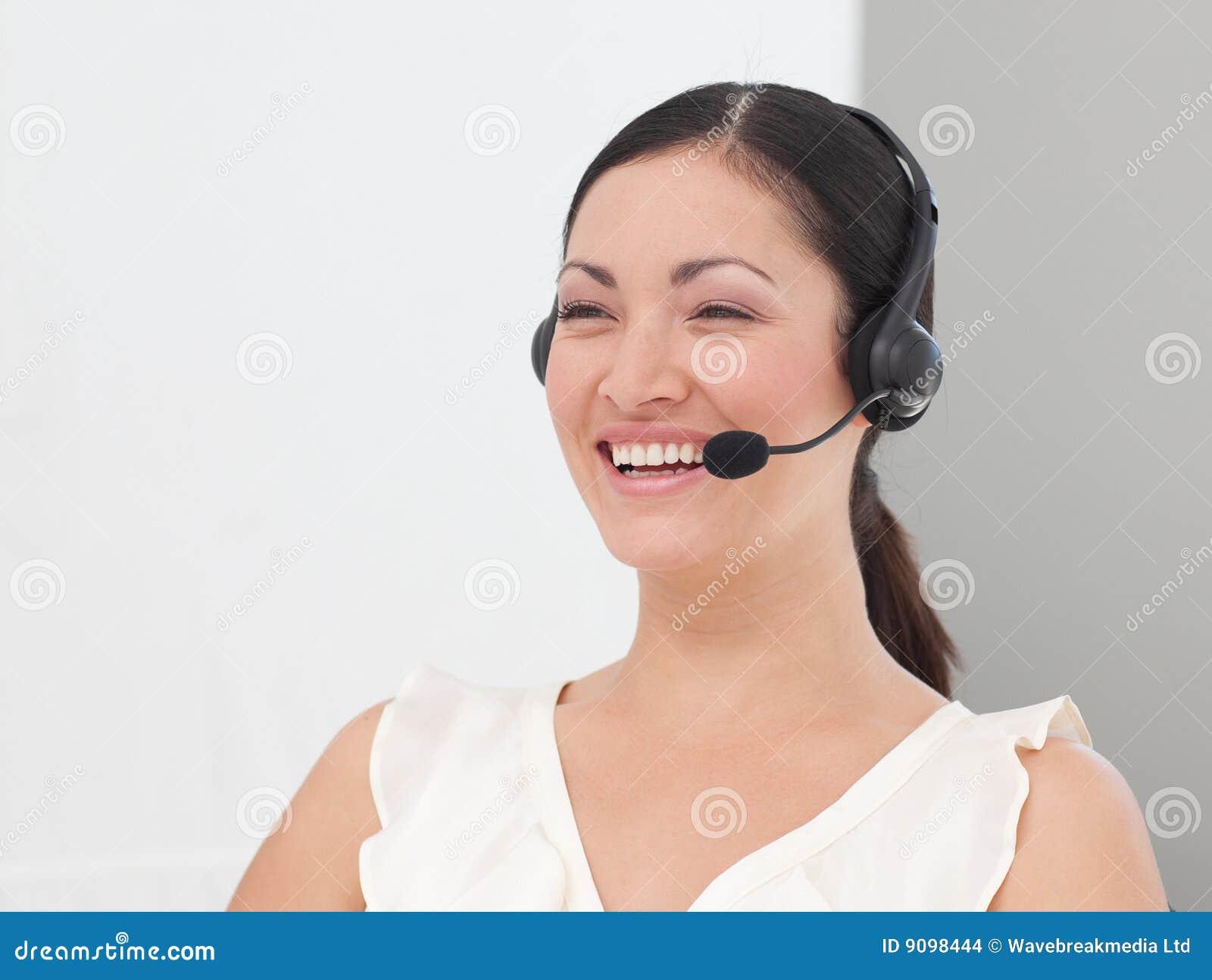 Schöner internationaler Geschäftsfrau Kopfhörer