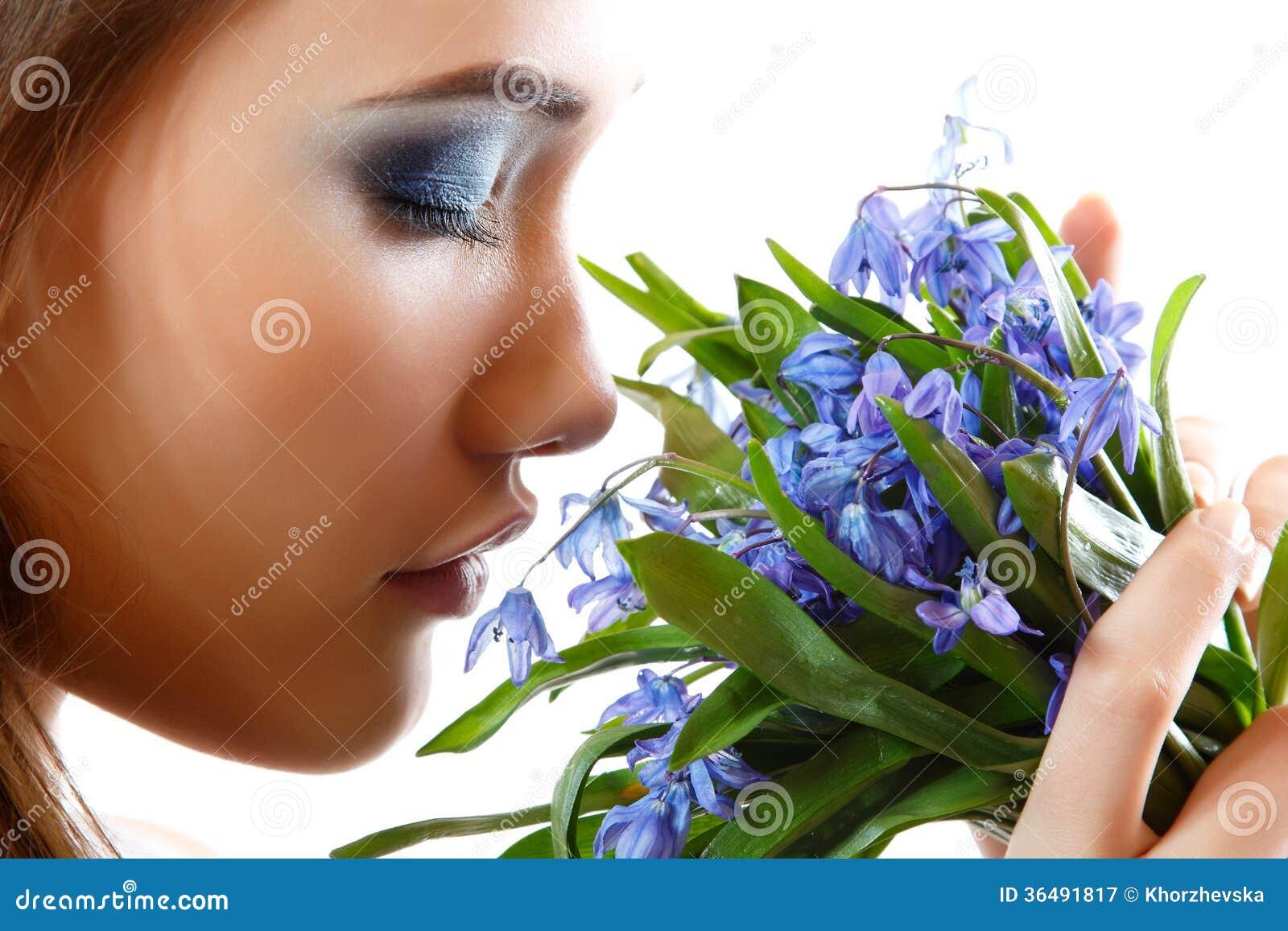 Schöner jugendlich Mädchengeruch und genießen Duft der Schneeglöckchenblume