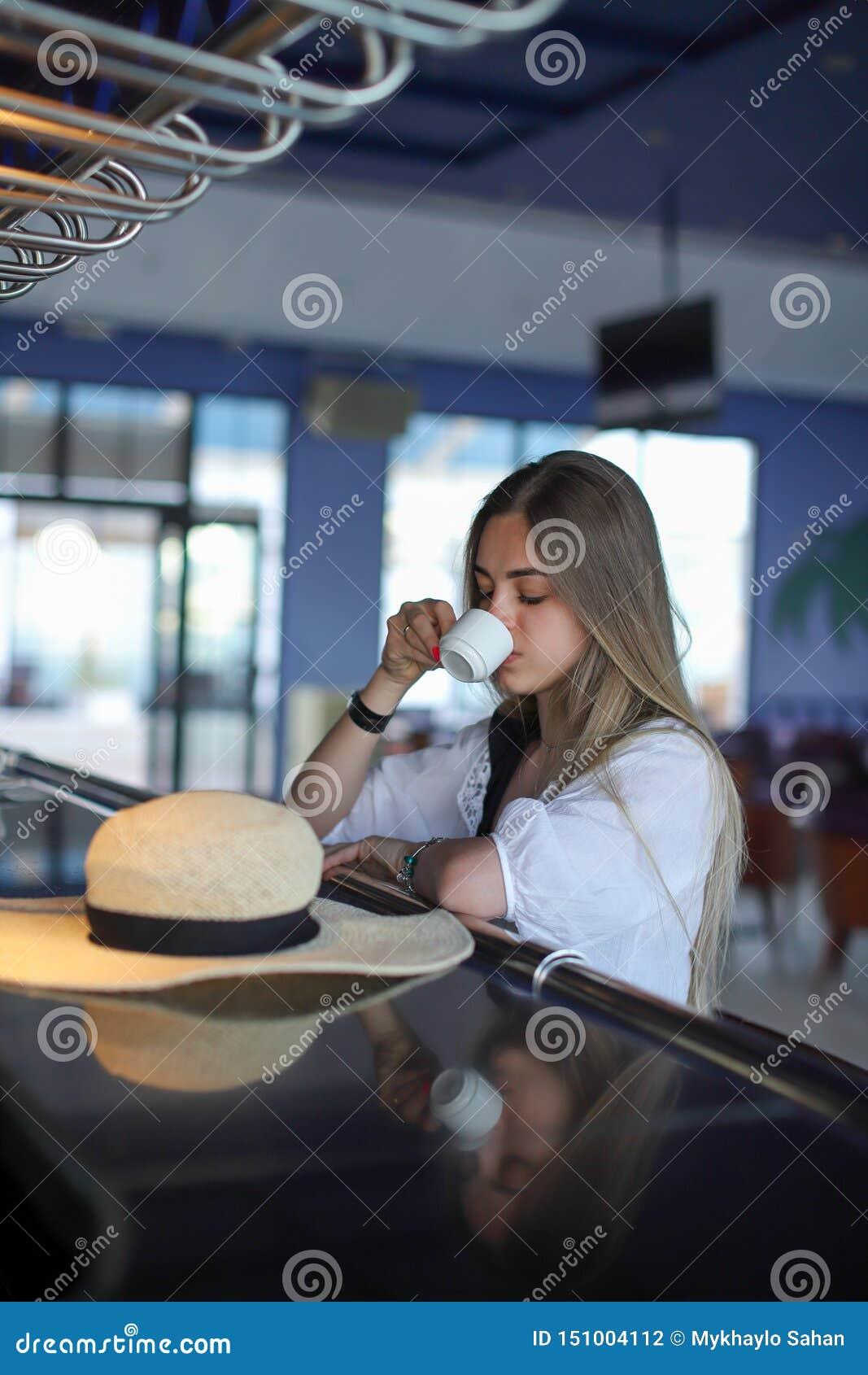Schöner junger blonder trinkender Kaffee Attraktives M?dchen, das im Kaffee sitzt Entspannung Krasnodar Gegend, Katya sommerzeit
