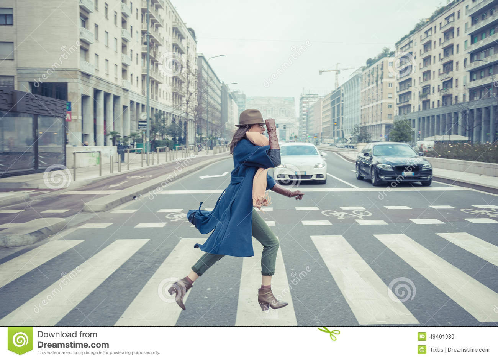 Download Schöner Junger Brunette, Der In Den Stadtstraßen Aufwirft Stockfoto - Bild von lang, schönheit: 49401980