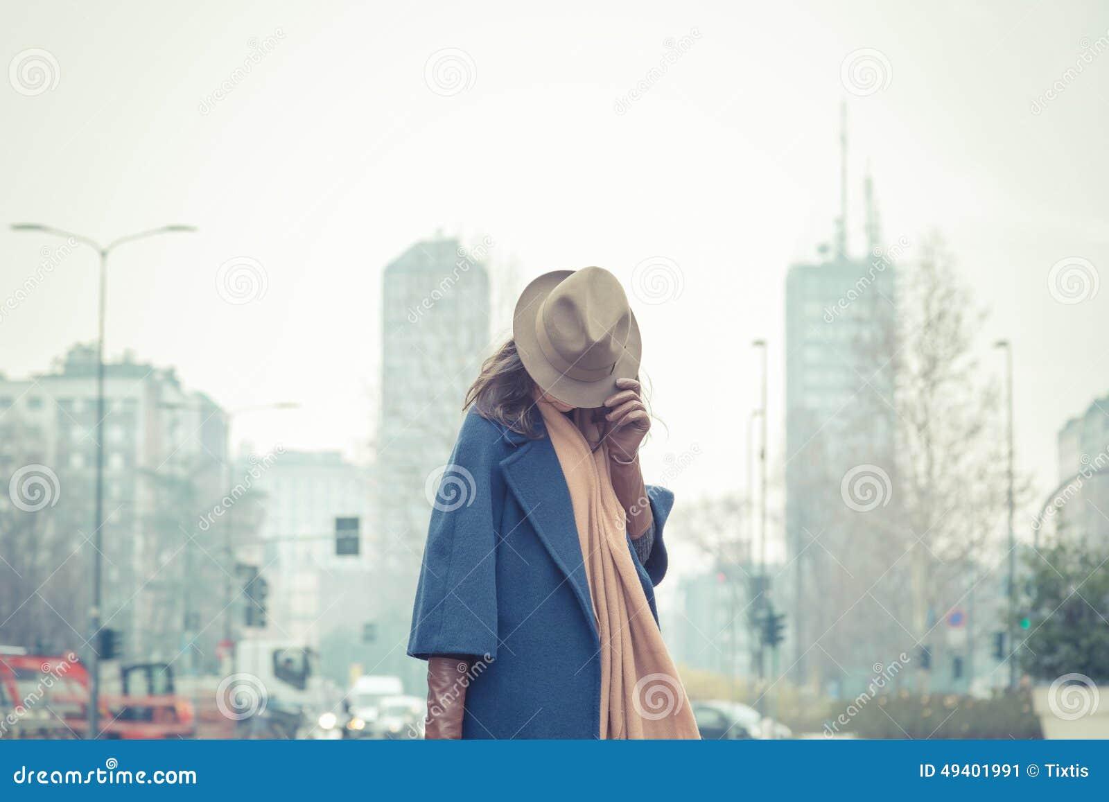Download Schöner Junger Brunette, Der In Den Stadtstraßen Aufwirft Stockbild - Bild von intensiv, kleidung: 49401991