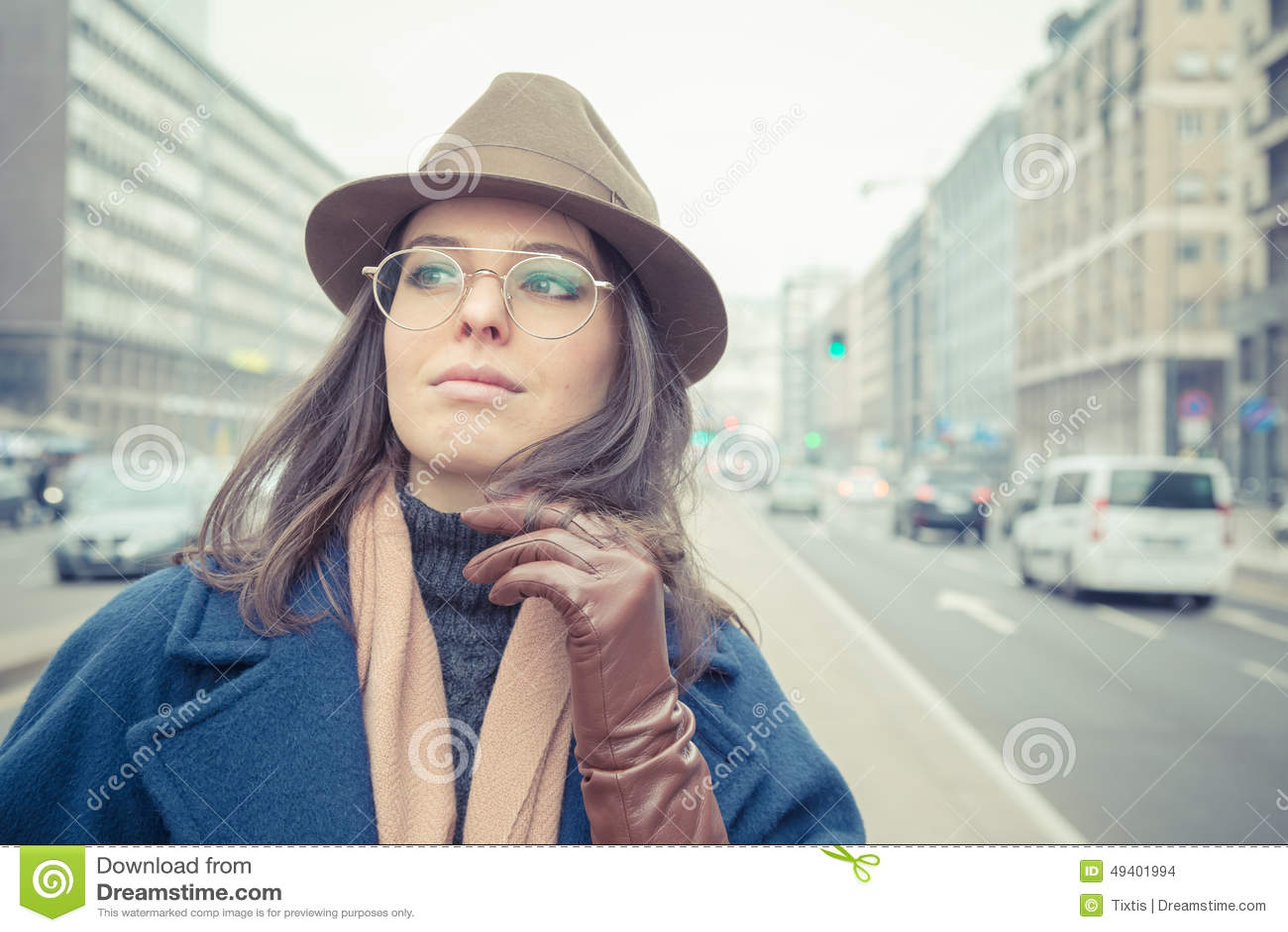 Download Schöner Junger Brunette, Der In Den Stadtstraßen Aufwirft Stockfoto - Bild von leute, schön: 49401994