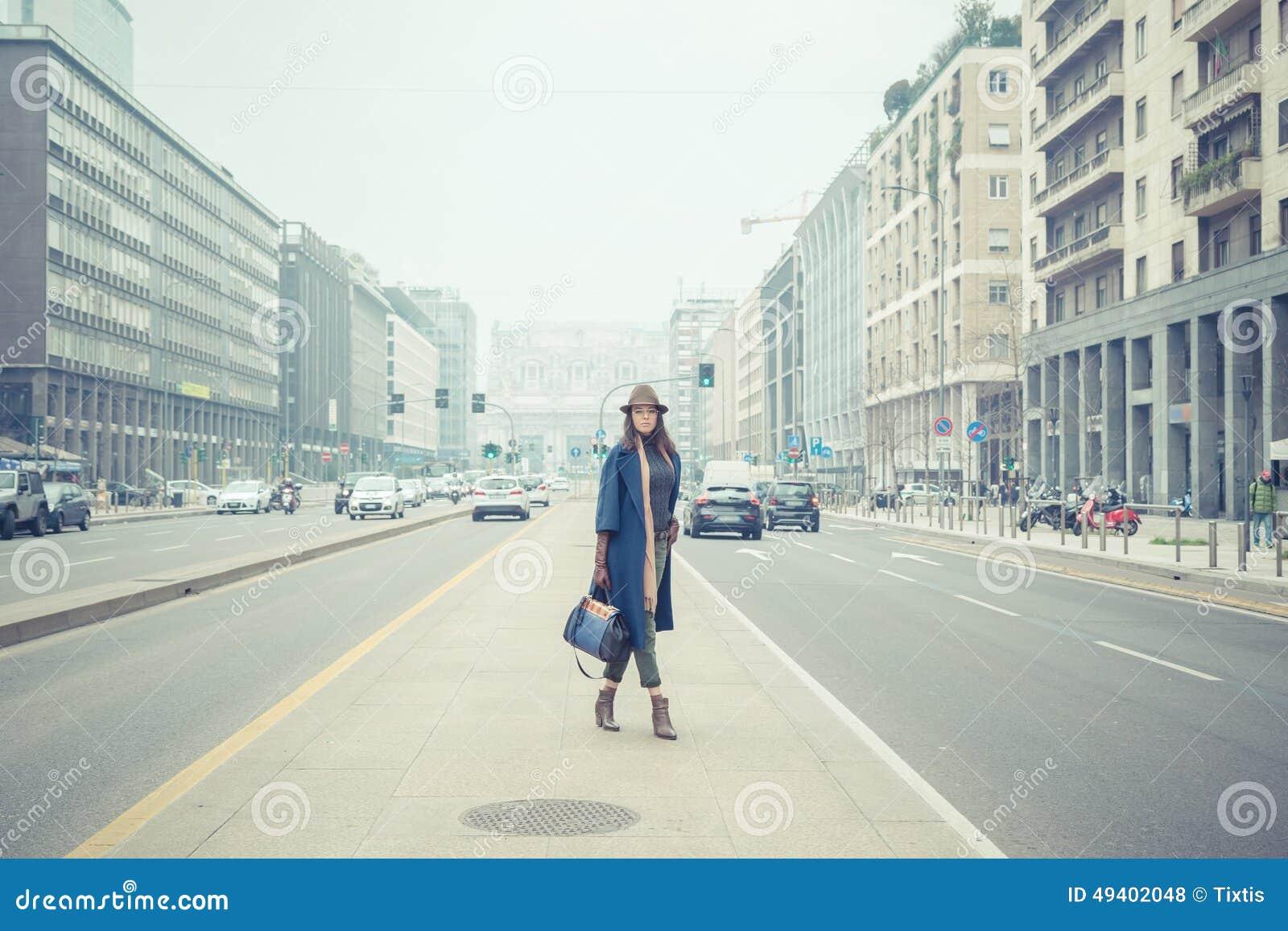 Download Schöner Junger Brunette, Der In Den Stadtstraßen Aufwirft Stockfoto - Bild von fashion, nett: 49402048