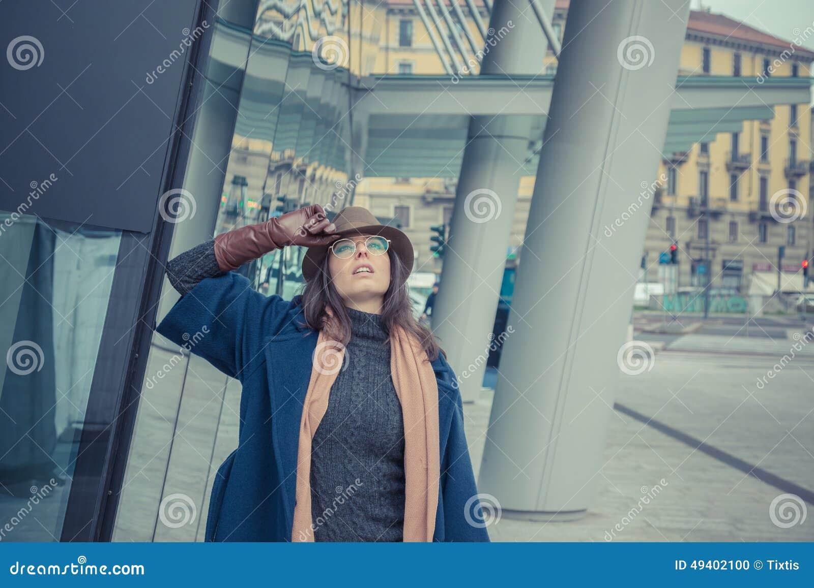 Download Schöner Junger Brunette, Der In Den Stadtstraßen Aufwirft Stockfoto - Bild von attraktiv, sensual: 49402100