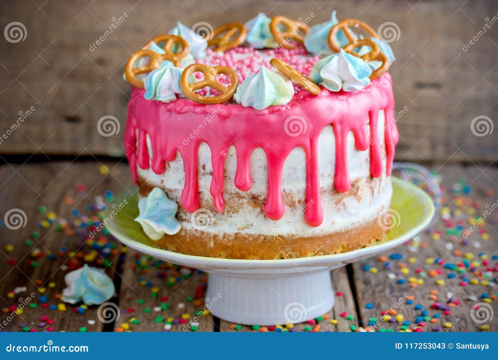Schoner Kuchen Verziert Mit Rosa Schokoladenflecken Und Meringe