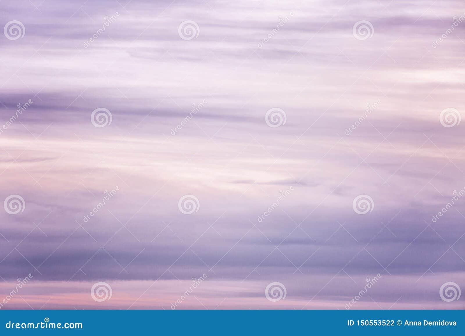 Schöner lila Sonnenuntergang auf dem Himmel, Hintergrund Raum f?r Text
