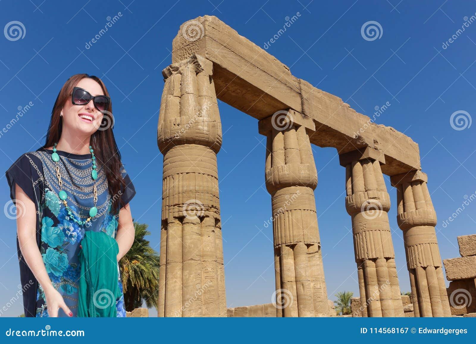 Schöner Mädchentourist bei Ägypten