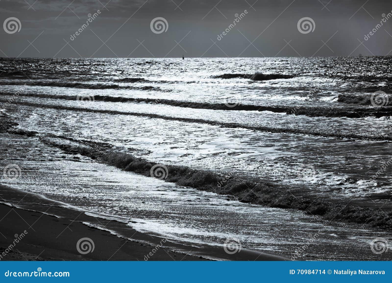 Schöner Meerblick Meer Des Späten Abends Mit Wellen Stockfoto