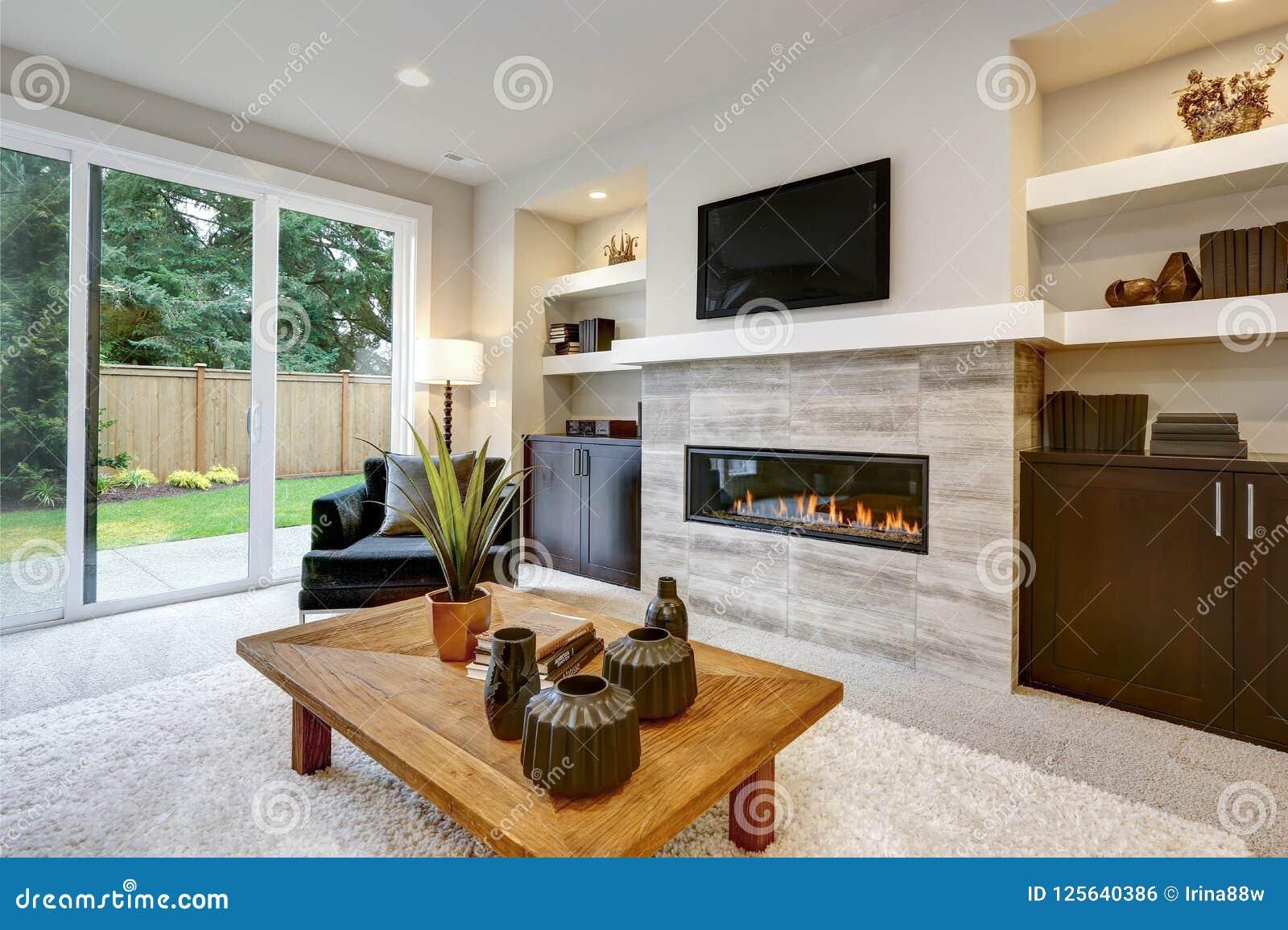 Schoner Moderner Wohnzimmerinnenraum Mit Steinwand Und Kamin Im Luxushaus Stockfoto Bild Von Kamin Schoner 125640386