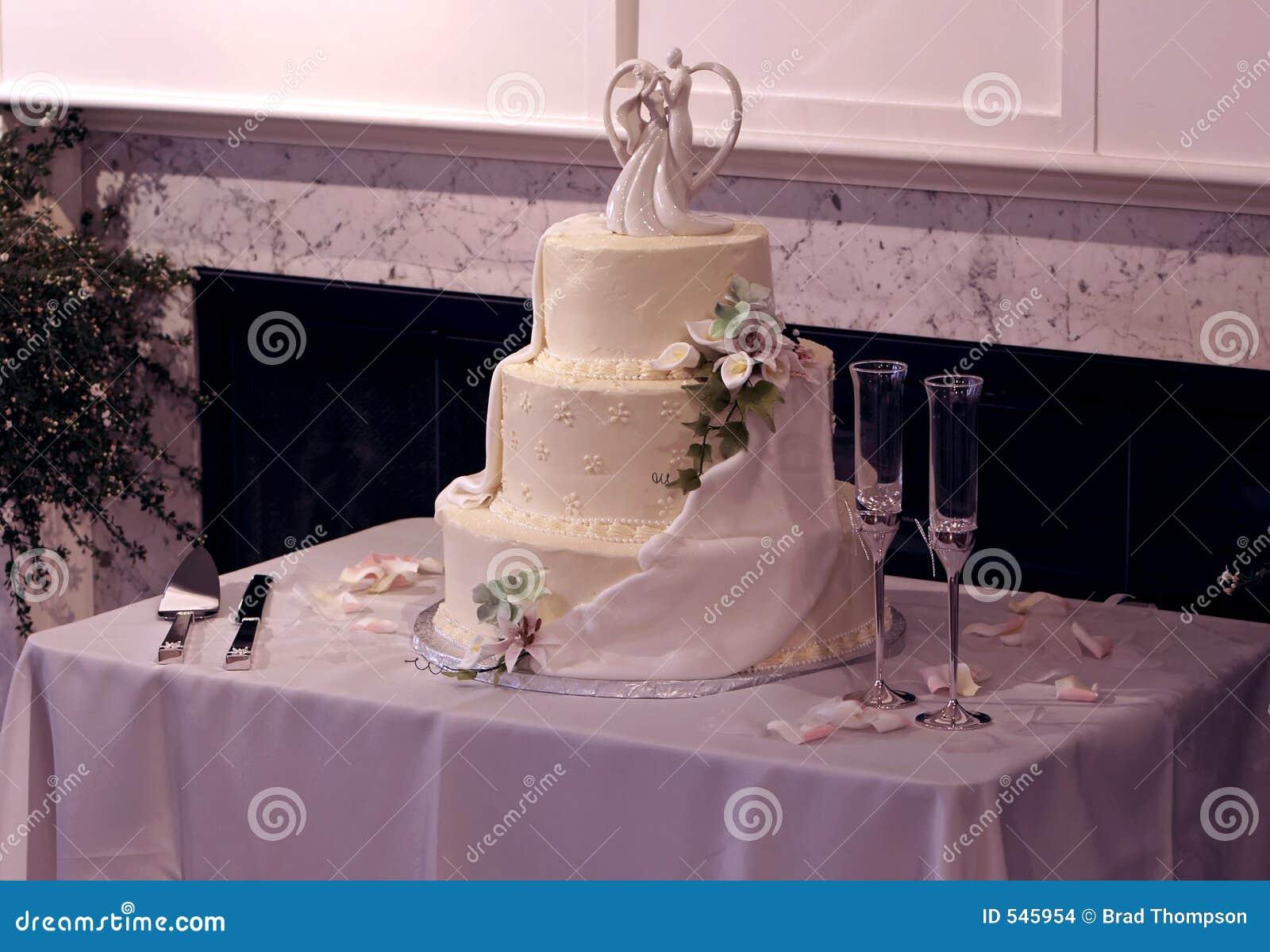 Schöner Multi-Tier Hochzeits-Kuchen und Champagne-Gläser