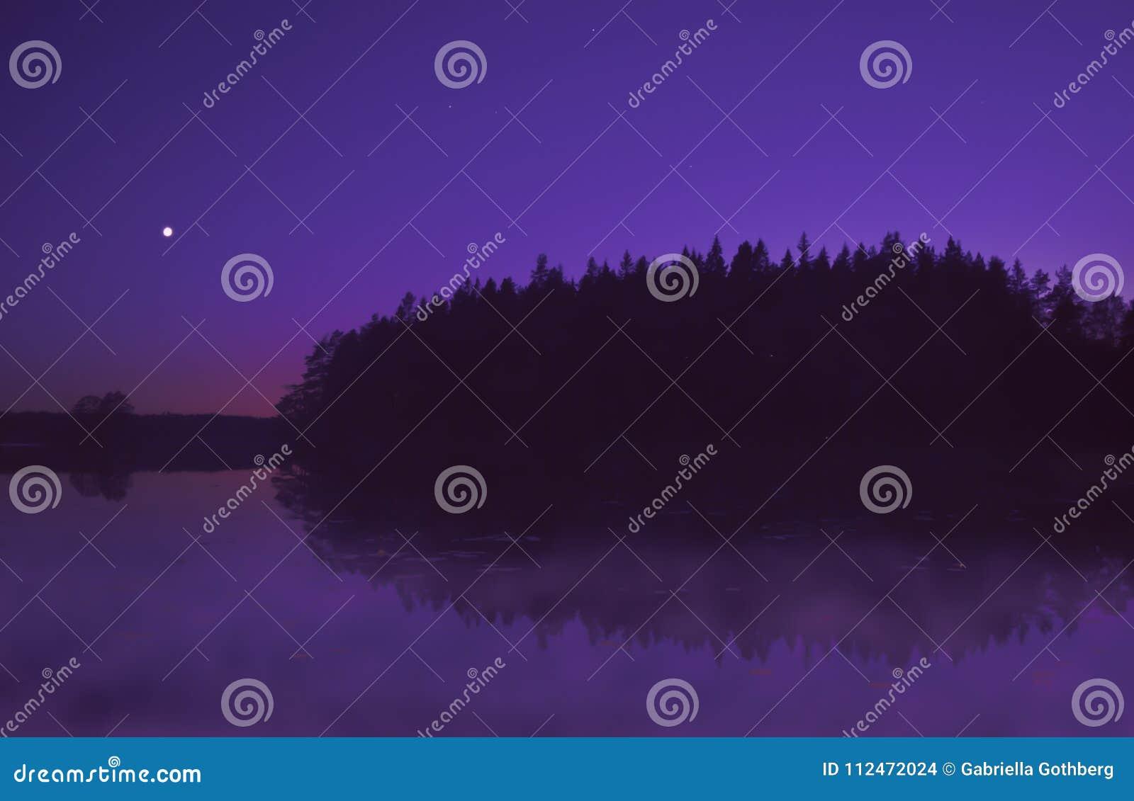 Schöner purpurroter Sonnenuntergang durch See im Sommer, mit dem Mondglänzen