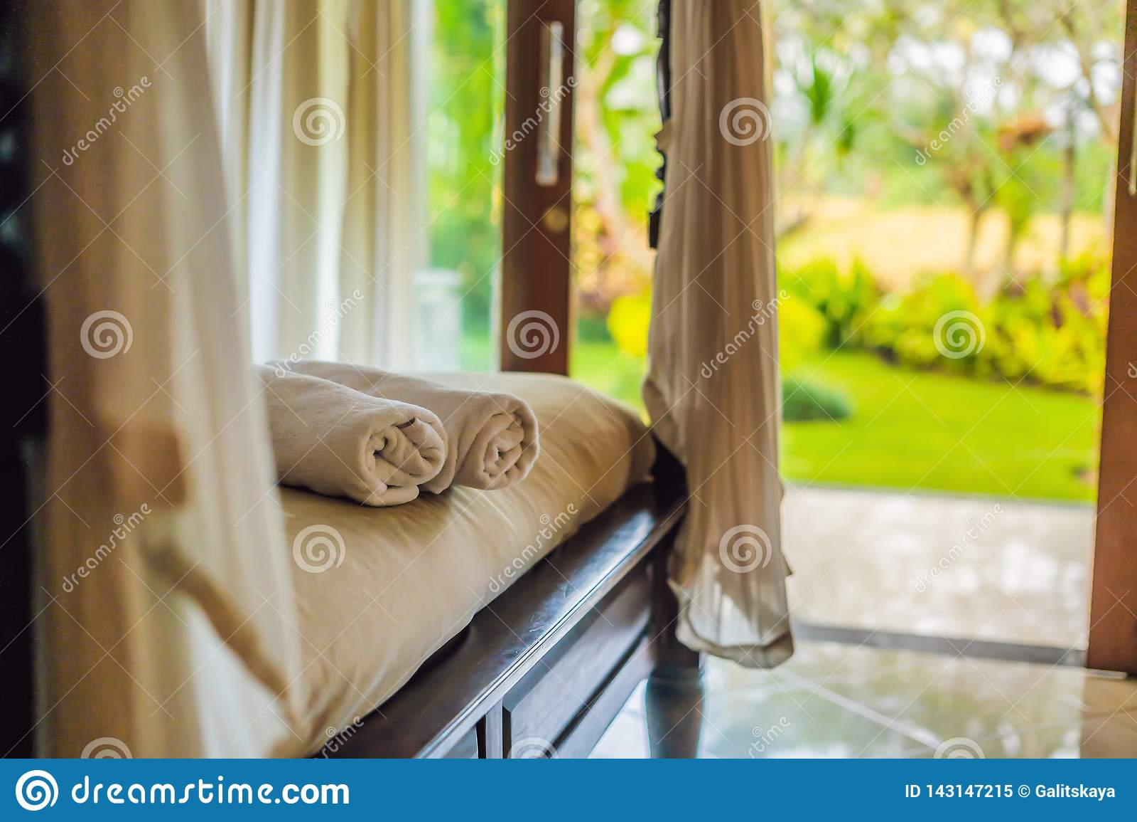 Schöner Raum im Landhaus, Tuch auf dem Bett