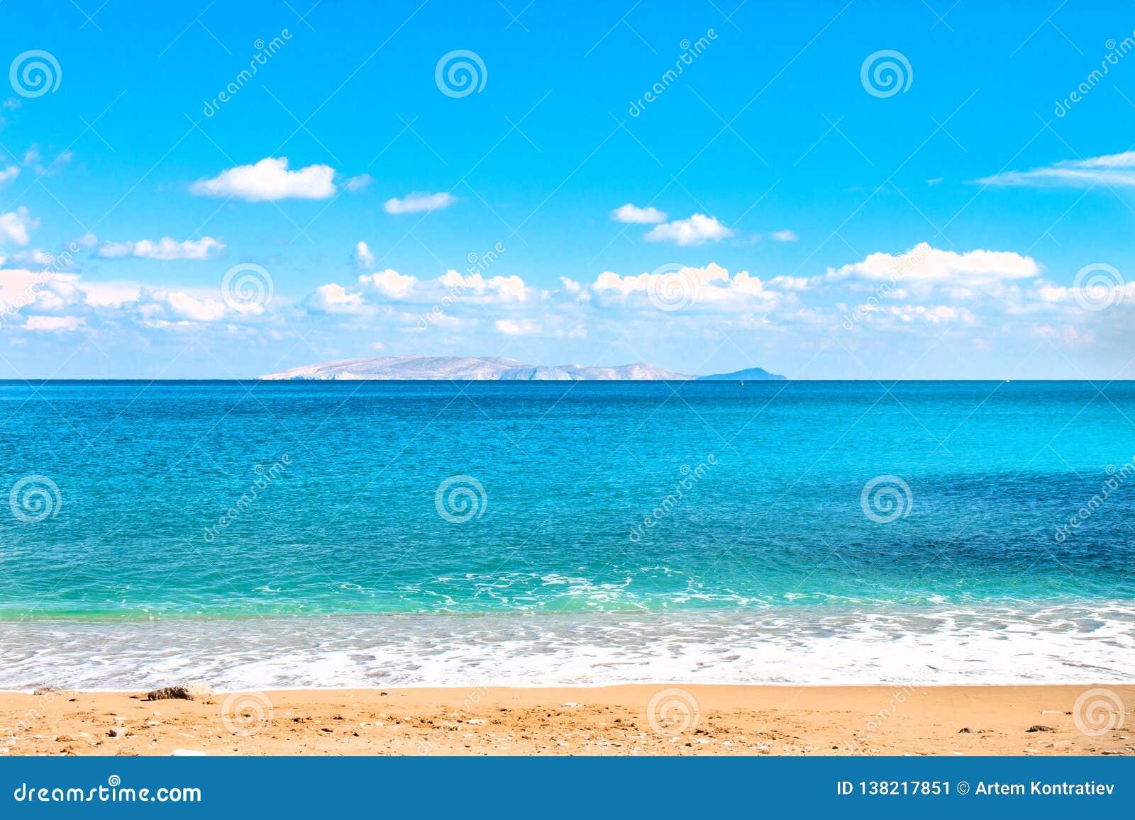 Schöner sandiger Strand und weiche blaue Seewelle auf dem Hintergrund der Durchmesser-Insel und des blauen Himmels Kopieren Sie P