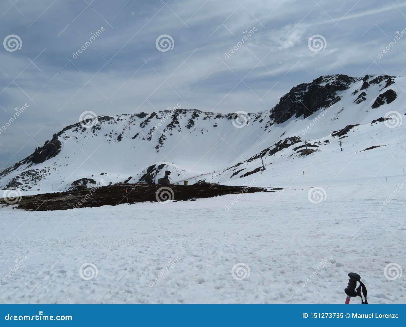 Schöner Schnee auf den Bergen einer unglaublichen Farbe und sehr kalt