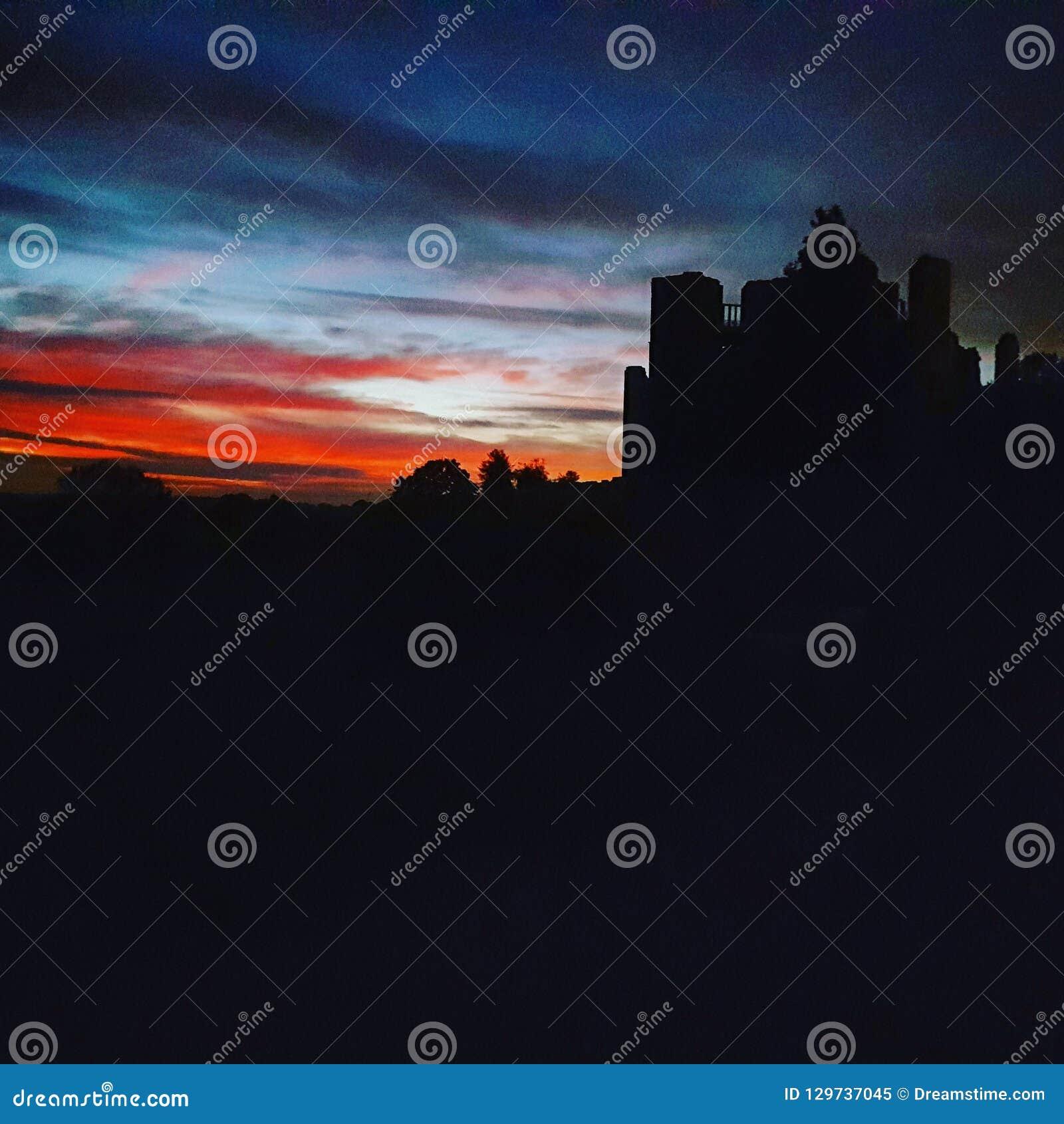 Schöner schwermütiger Kenilworth-Schlosshimmel