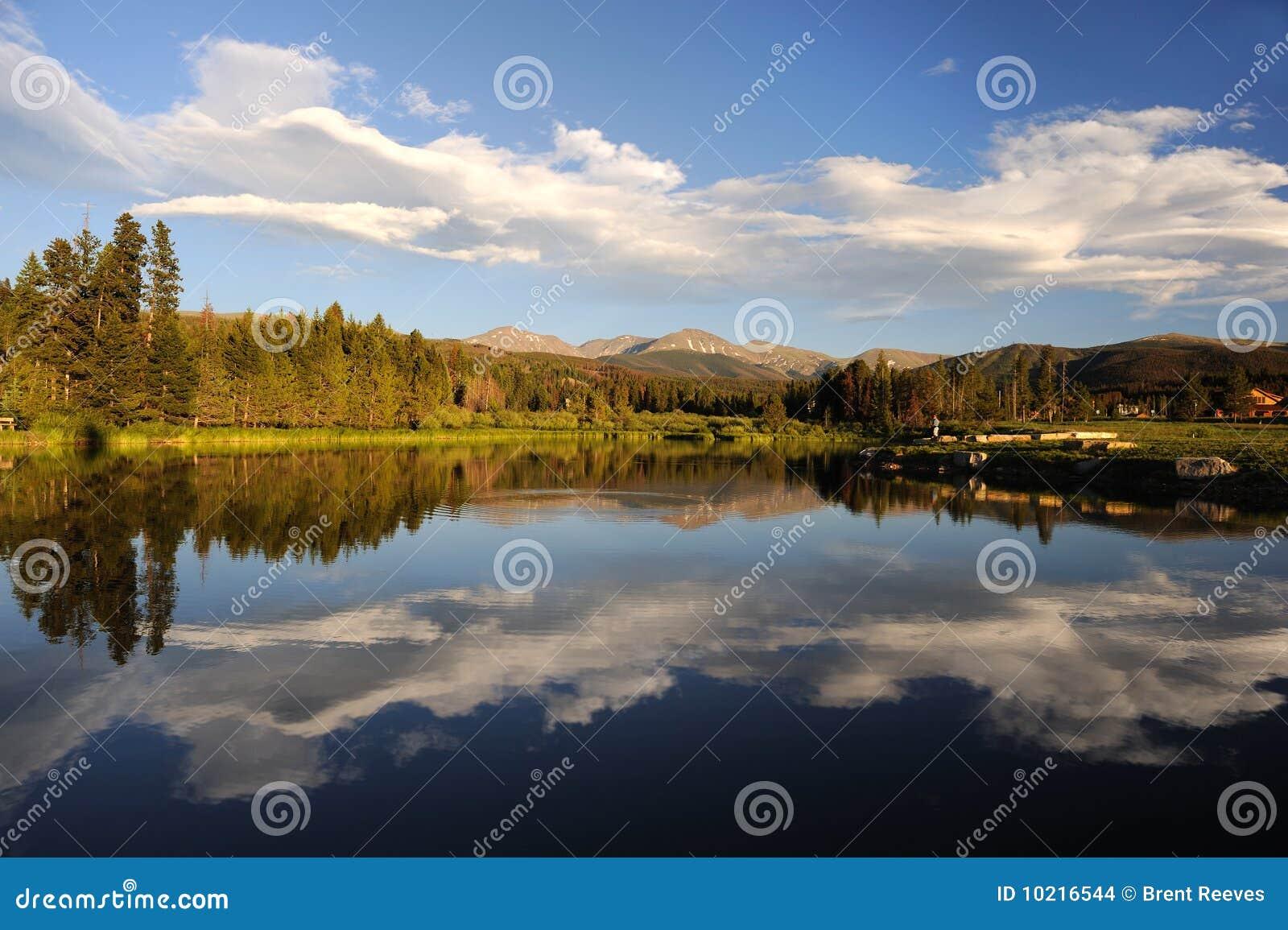Schöner See und Wald in den Bergen