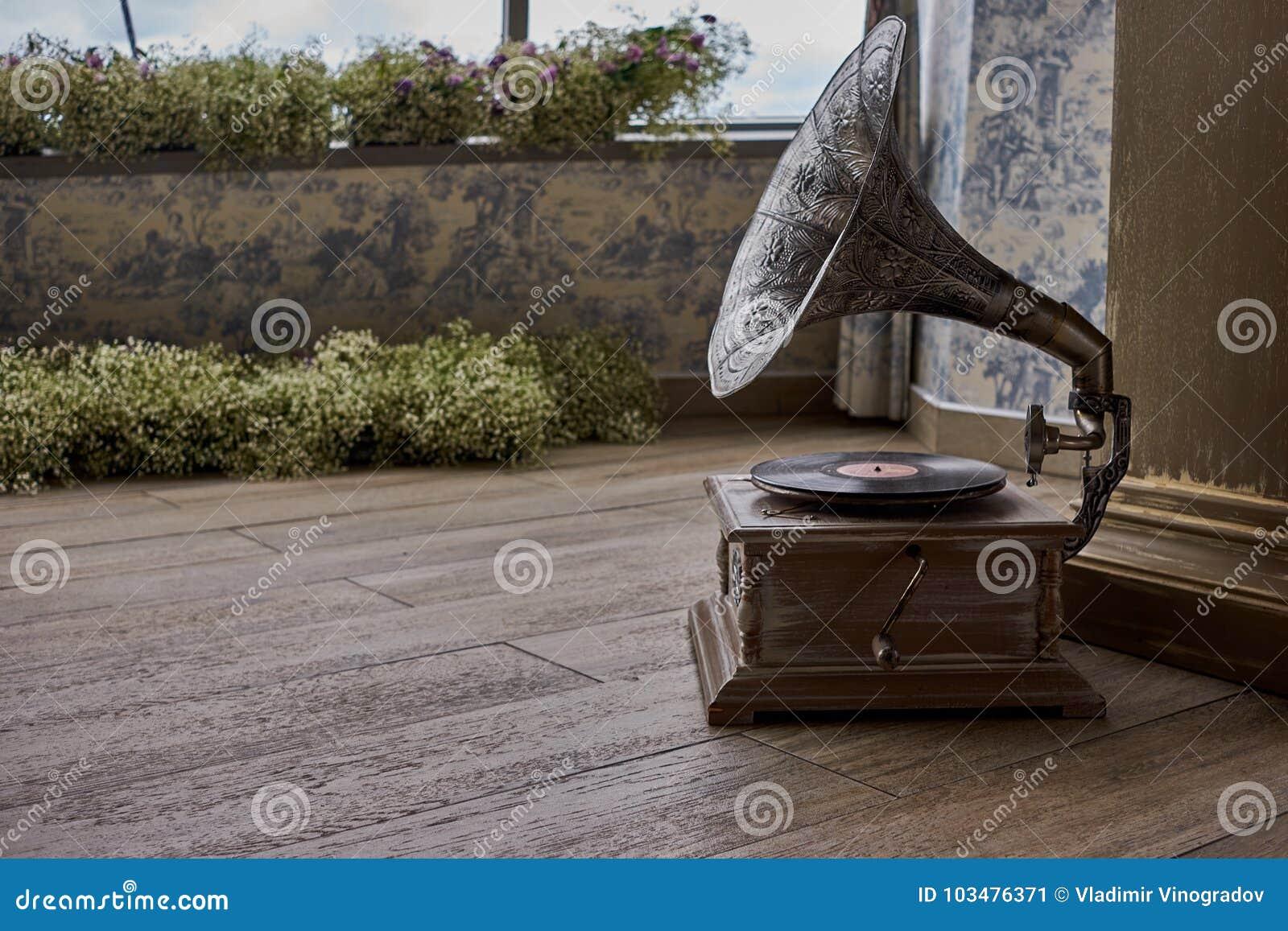 Schöner silberner Weinleseplattenspieler Retro- Grammophon