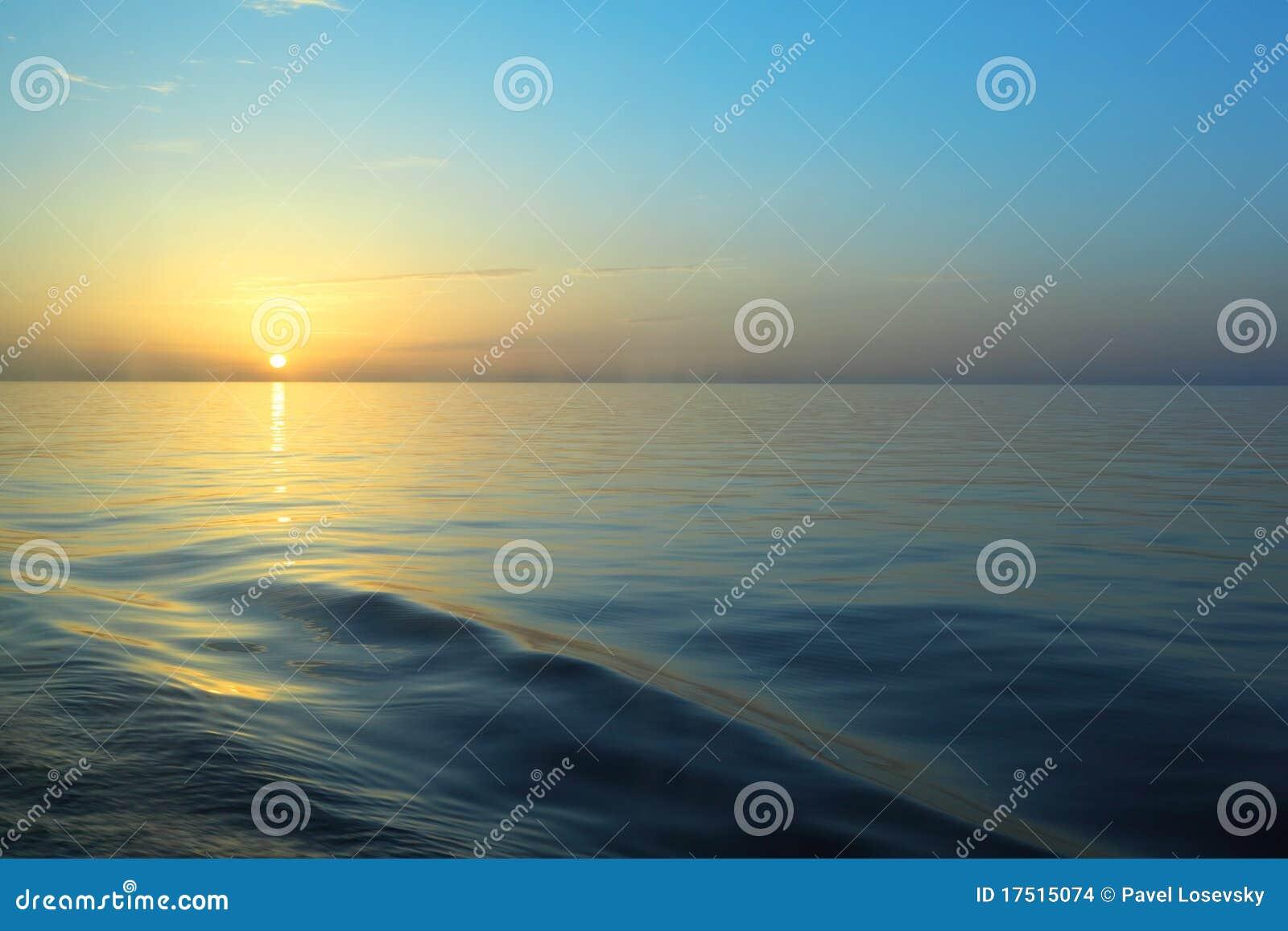 Schöner Sonnenaufgang unter Wasser.