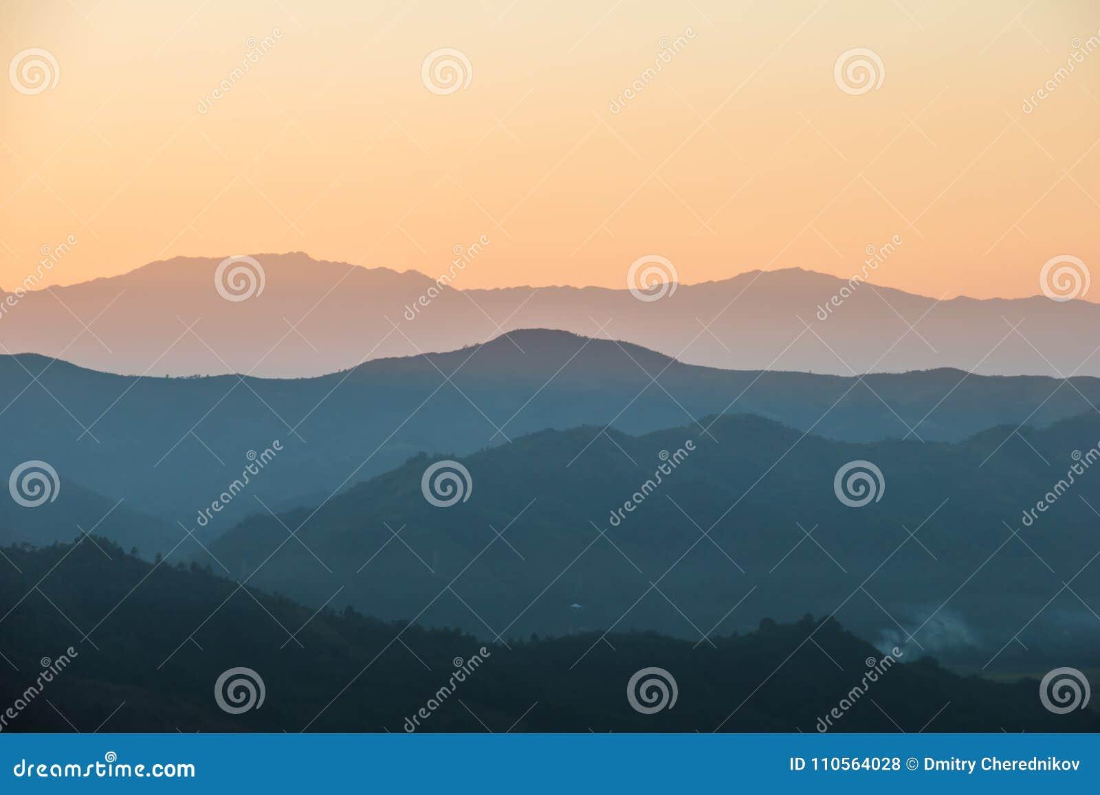 Schöner Sonnenuntergang in den Hügeln von Indien, Landschaft