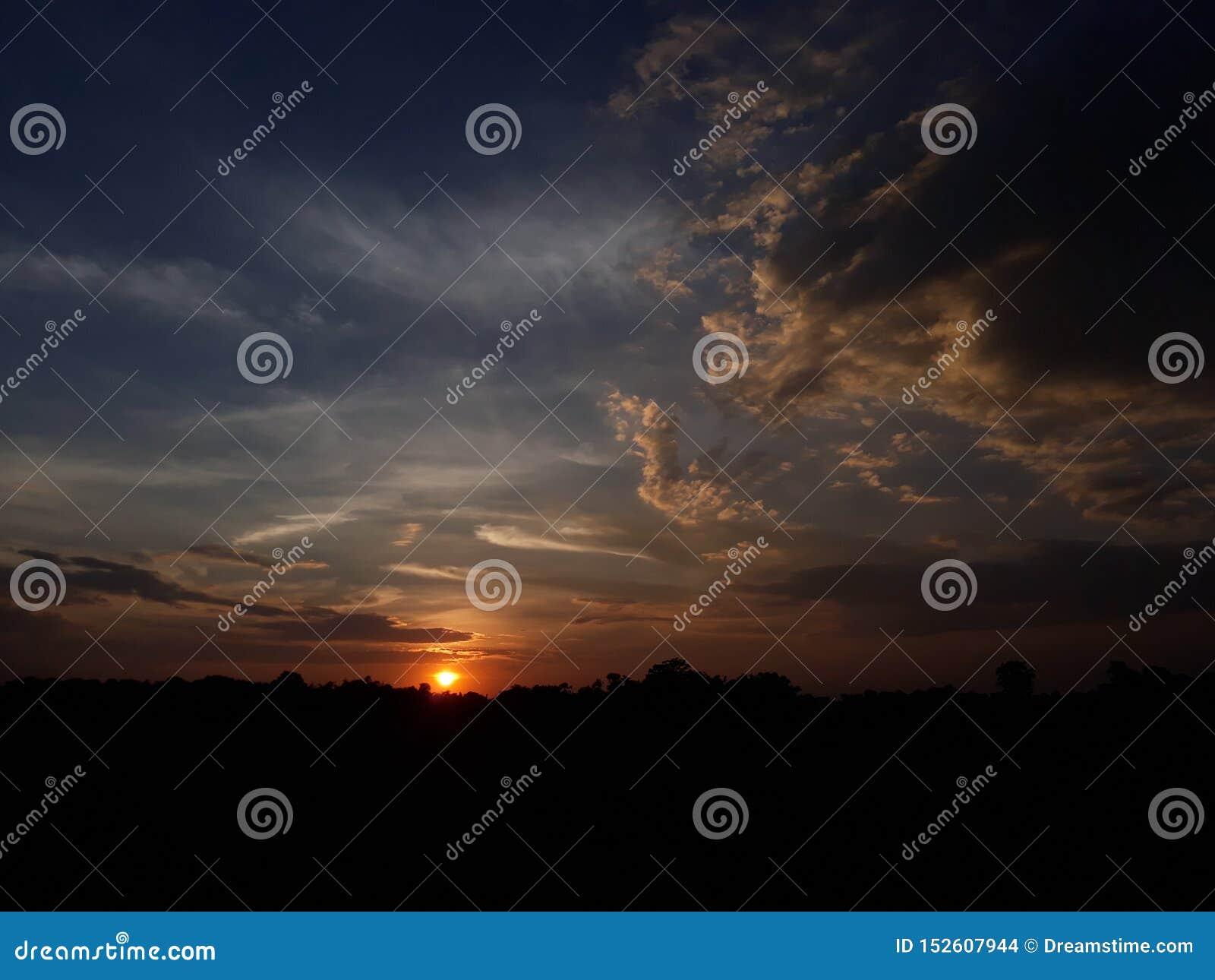 Schöner Sonnenuntergang des Dorfs
