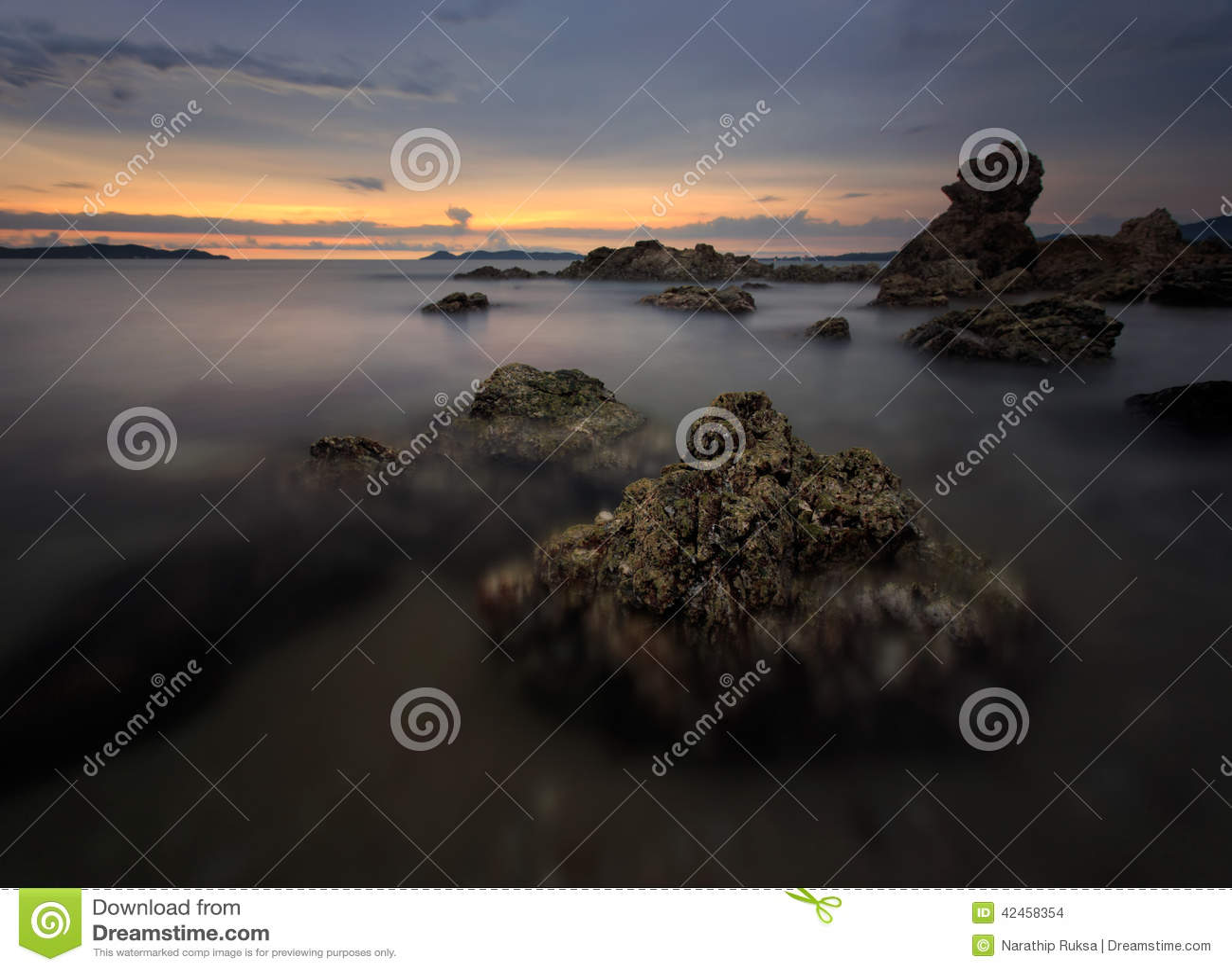 Schöner Sonnenuntergang am Steinstrand
