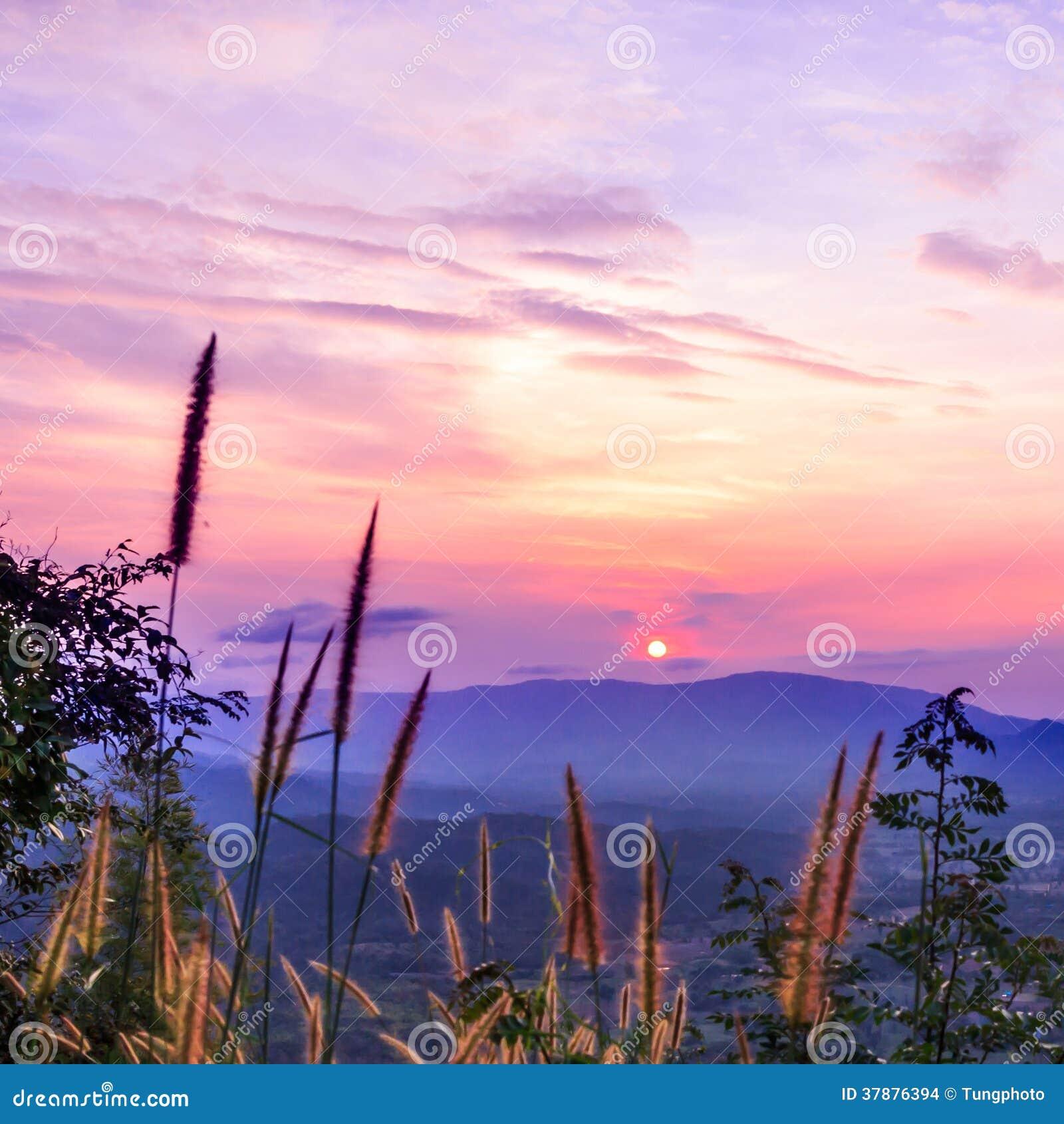 Schöner Sonnenuntergang und Himmel