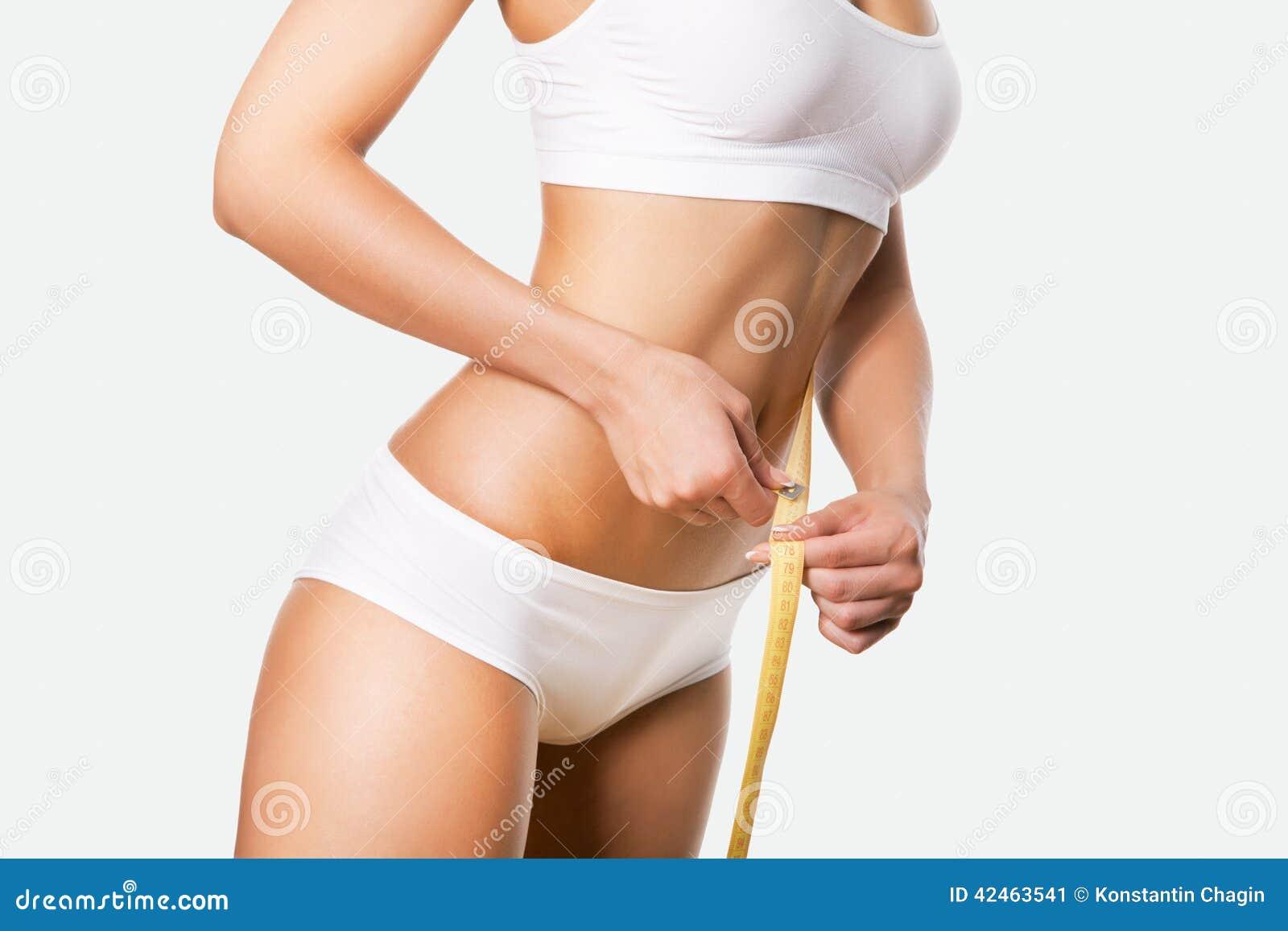 Schöner sportlicher Frauenkörper mit Maß