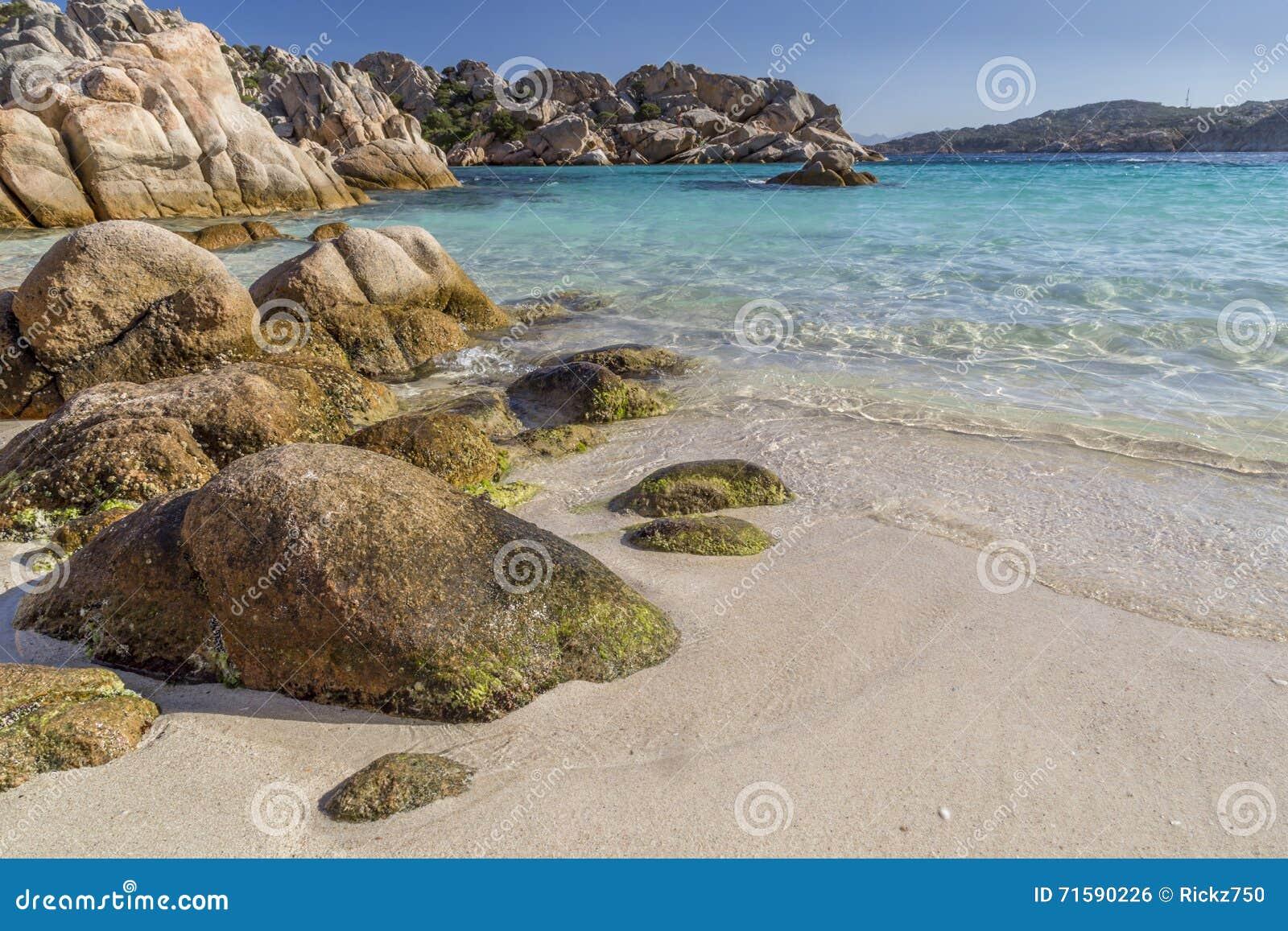 Schöner Strand auf Bucht von Cala Coticcio in Caprera-Insel, Sardinien, Italien