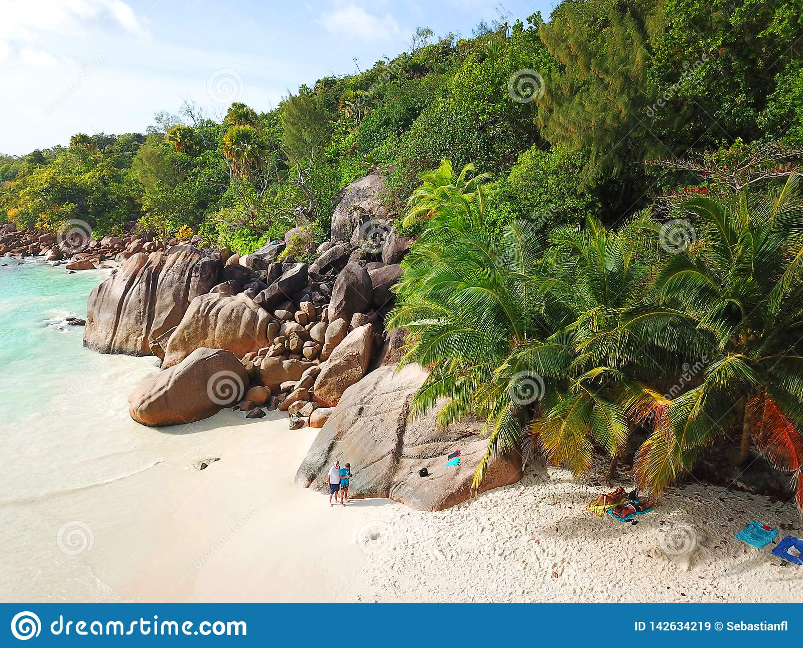 Schöner Strand bei den Seychellen