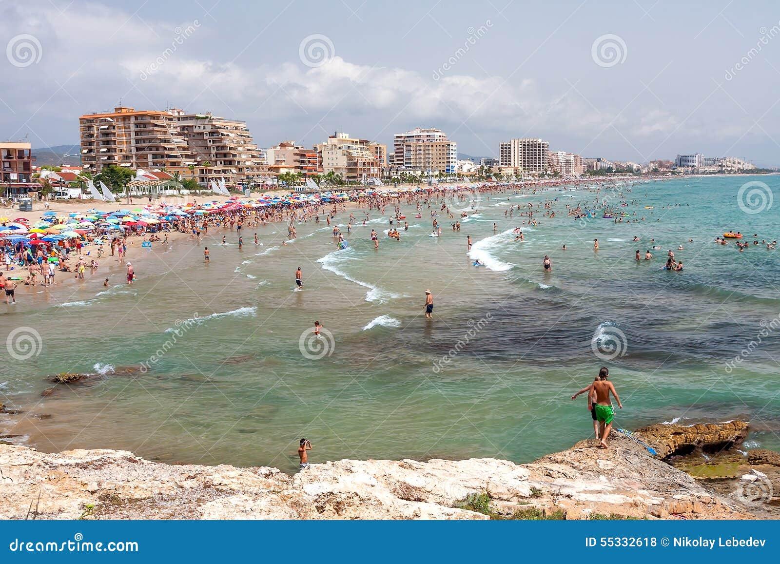 Schoner Strand Mit Regenschirmen Nahe Valencia An Einem Sonnigen Tag