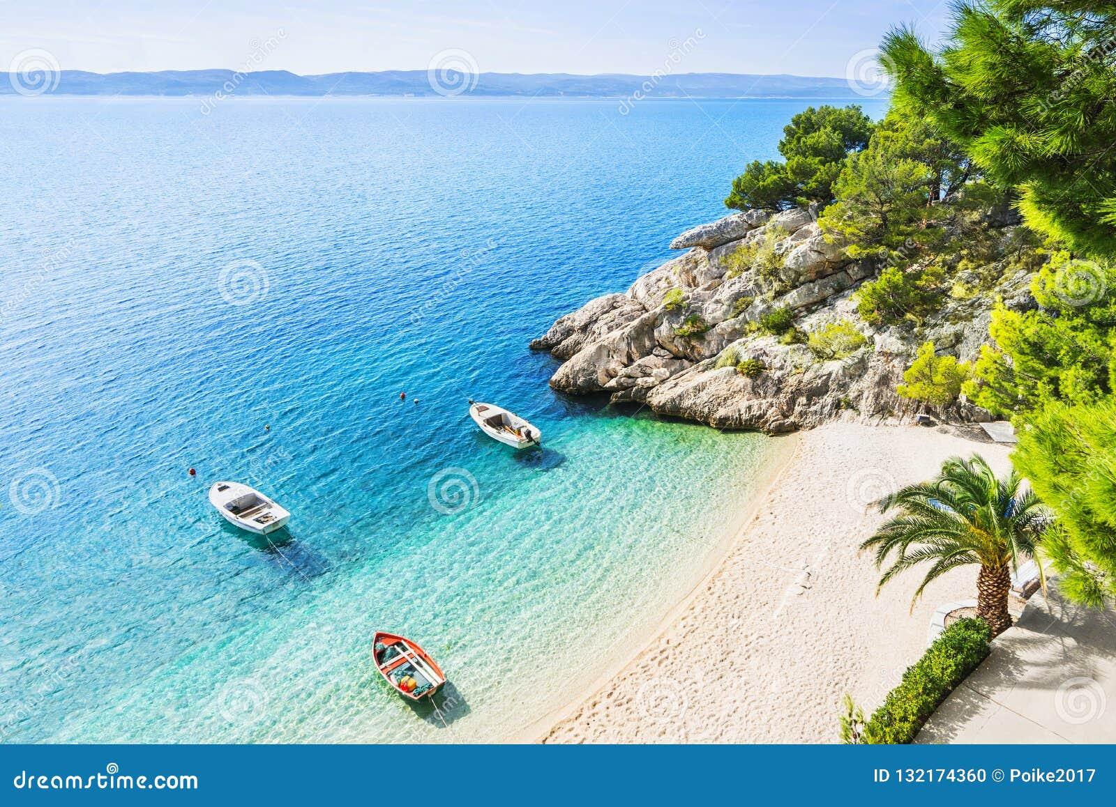 Schöner Strand nahe Brela-Stadt, Dalmatien, Kroatien Makarska Riviera, berühmter Markstein und reisen touristischer Bestimmungsor