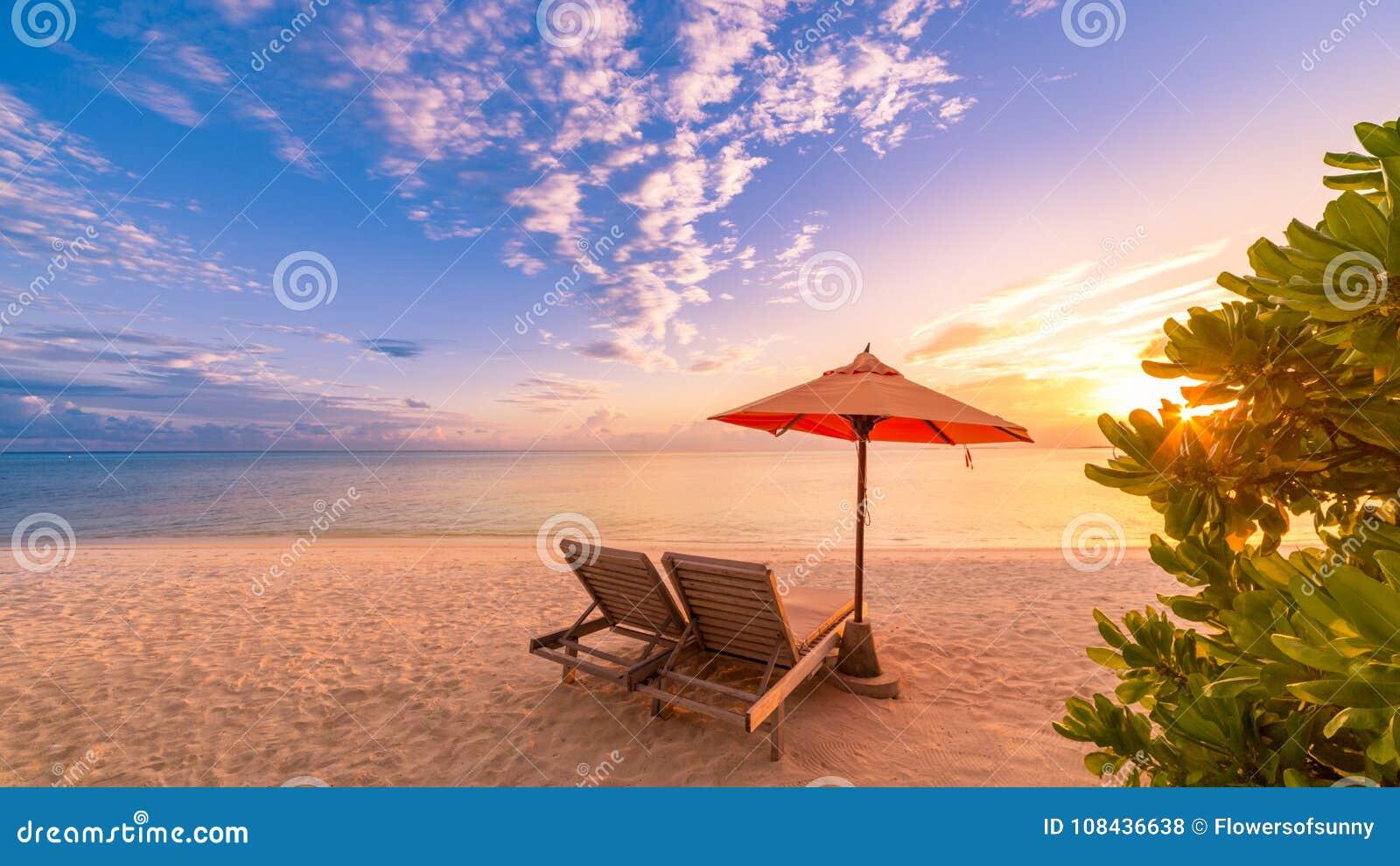 Schöner Strand Stühle auf dem sandigen Strand nahe dem Meer Sommerferien und Ferienkonzept Inspirierend tropischer Hintergrund