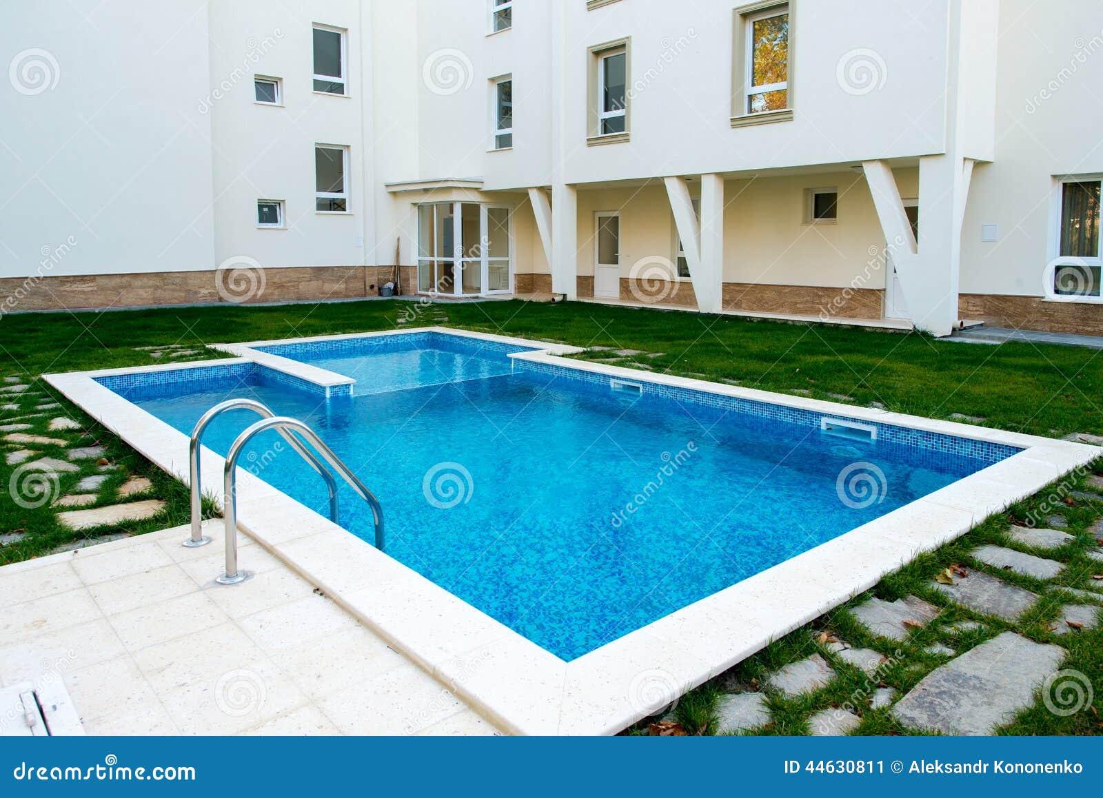 Schöner Swimmingpool Füllte Mit Wasser In Einem Wohnkomplex