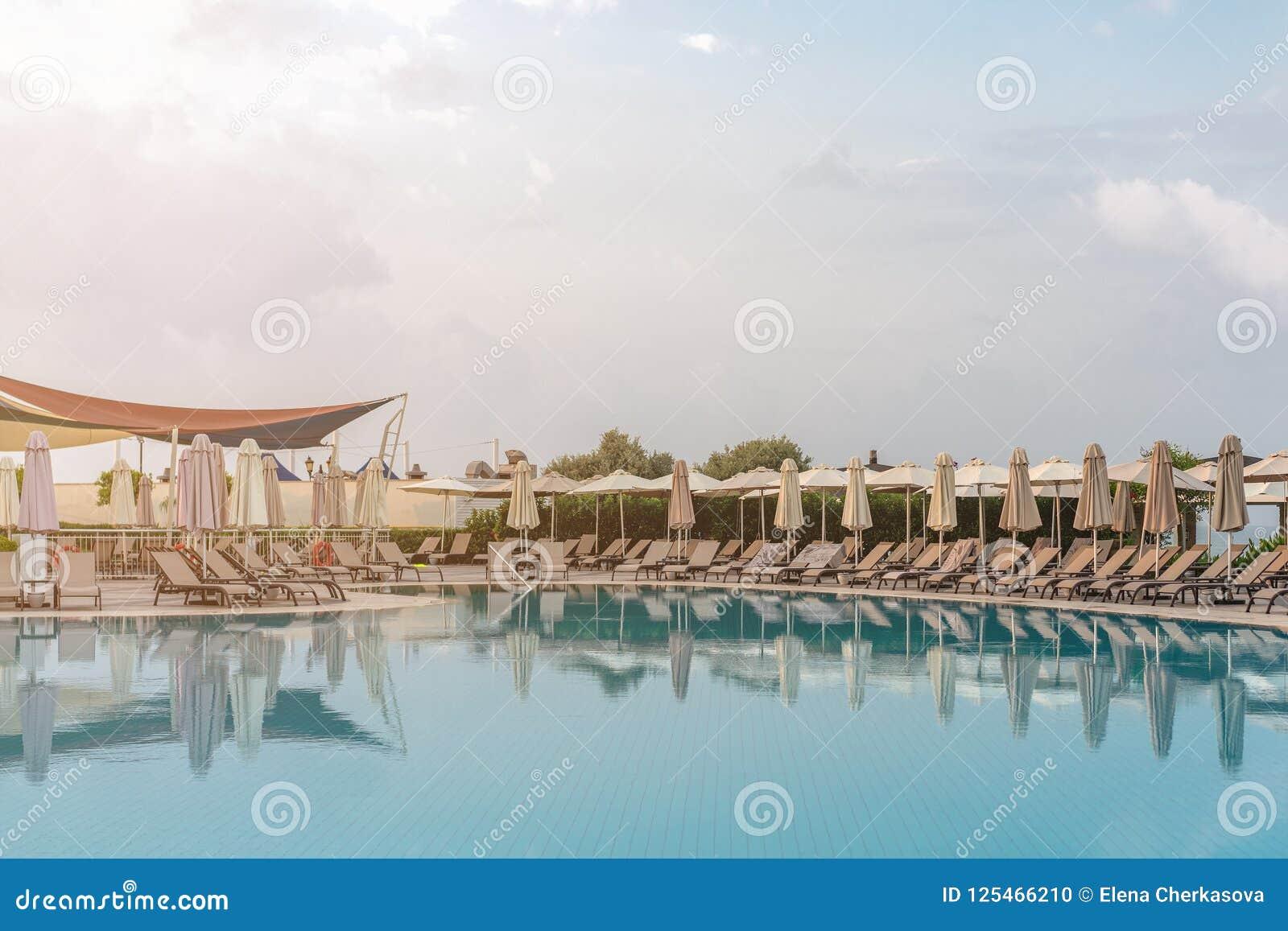 Schöner Swimmingpool im tropischen Erholungsort, Morgen, Abend, Sonnenaufgang, Sonnenuntergang