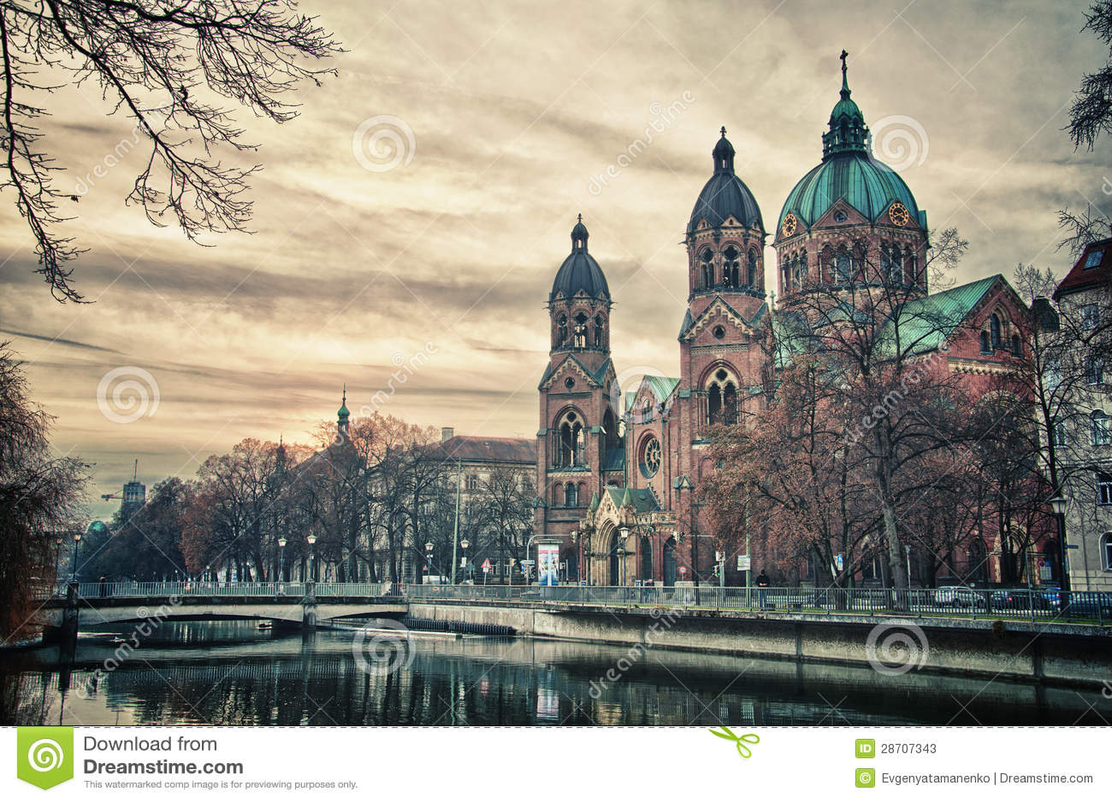 Schöner Tempel am Sonnenuntergang. Europa-Markstein von München, Deutschland
