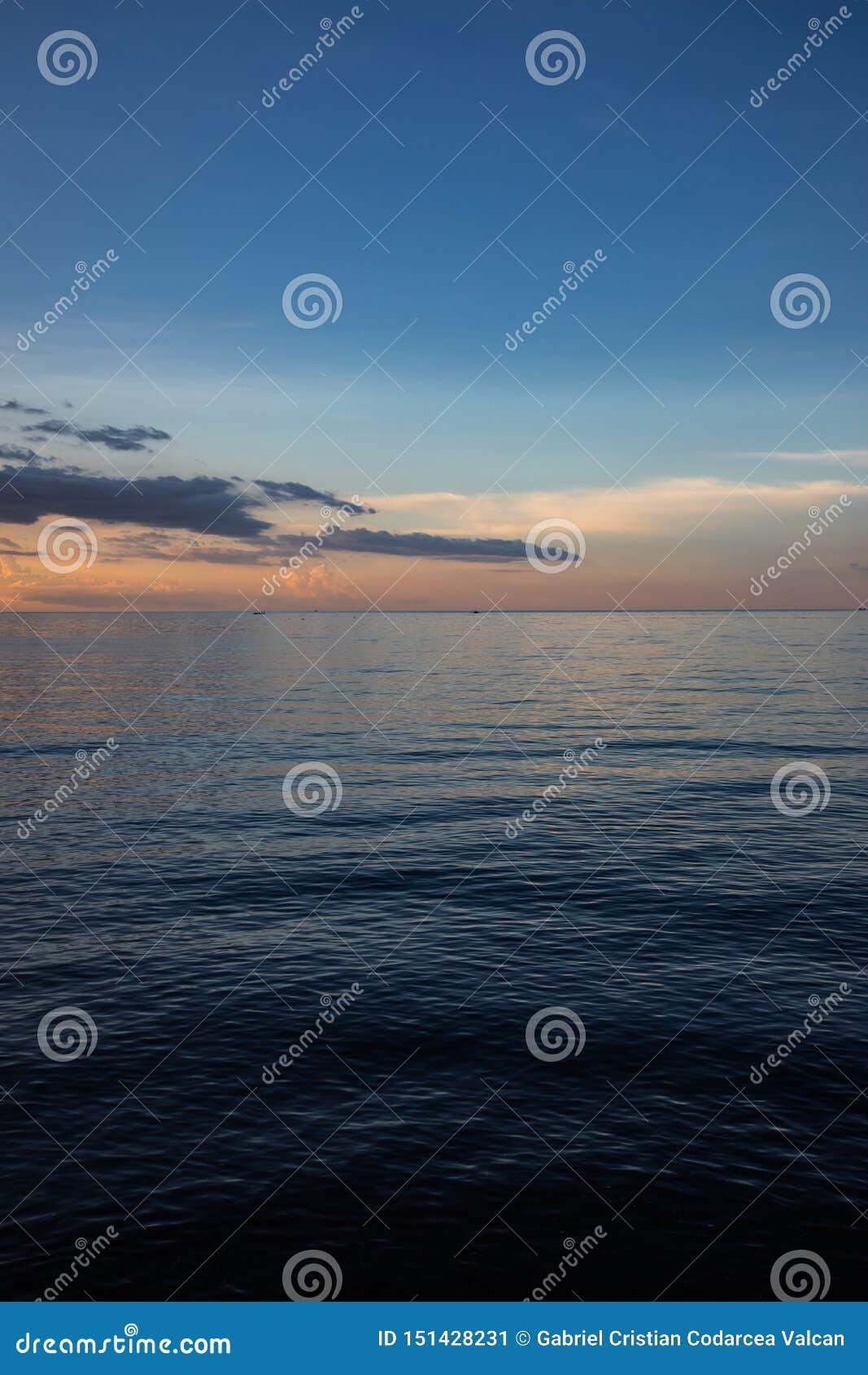 Schöner und bunter Sonnenuntergang über Ruhe
